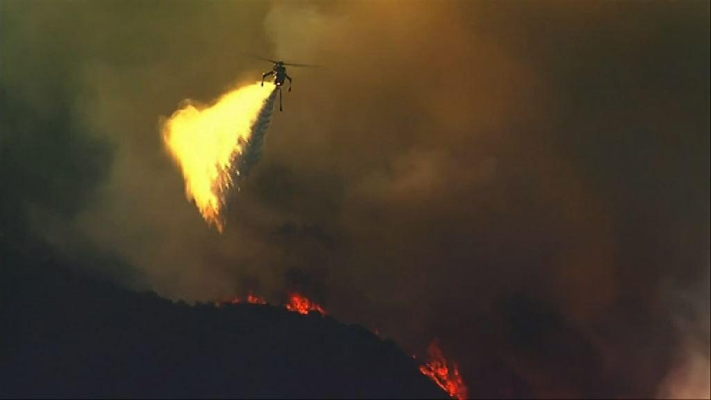 美國南加州山火至少一死 廿萬人緊急疏散
