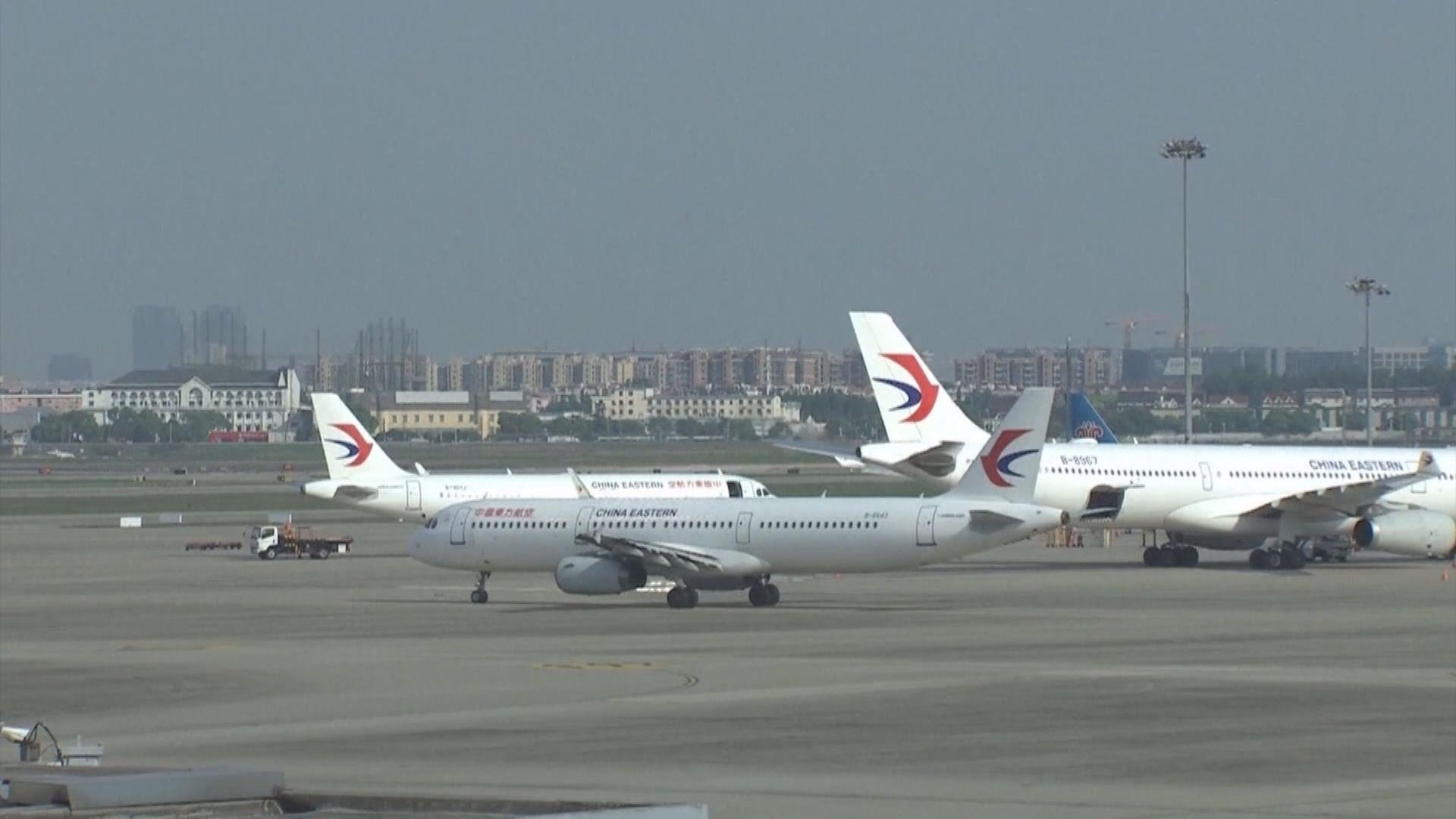 路透社:美國外交人員乘包機返回上海