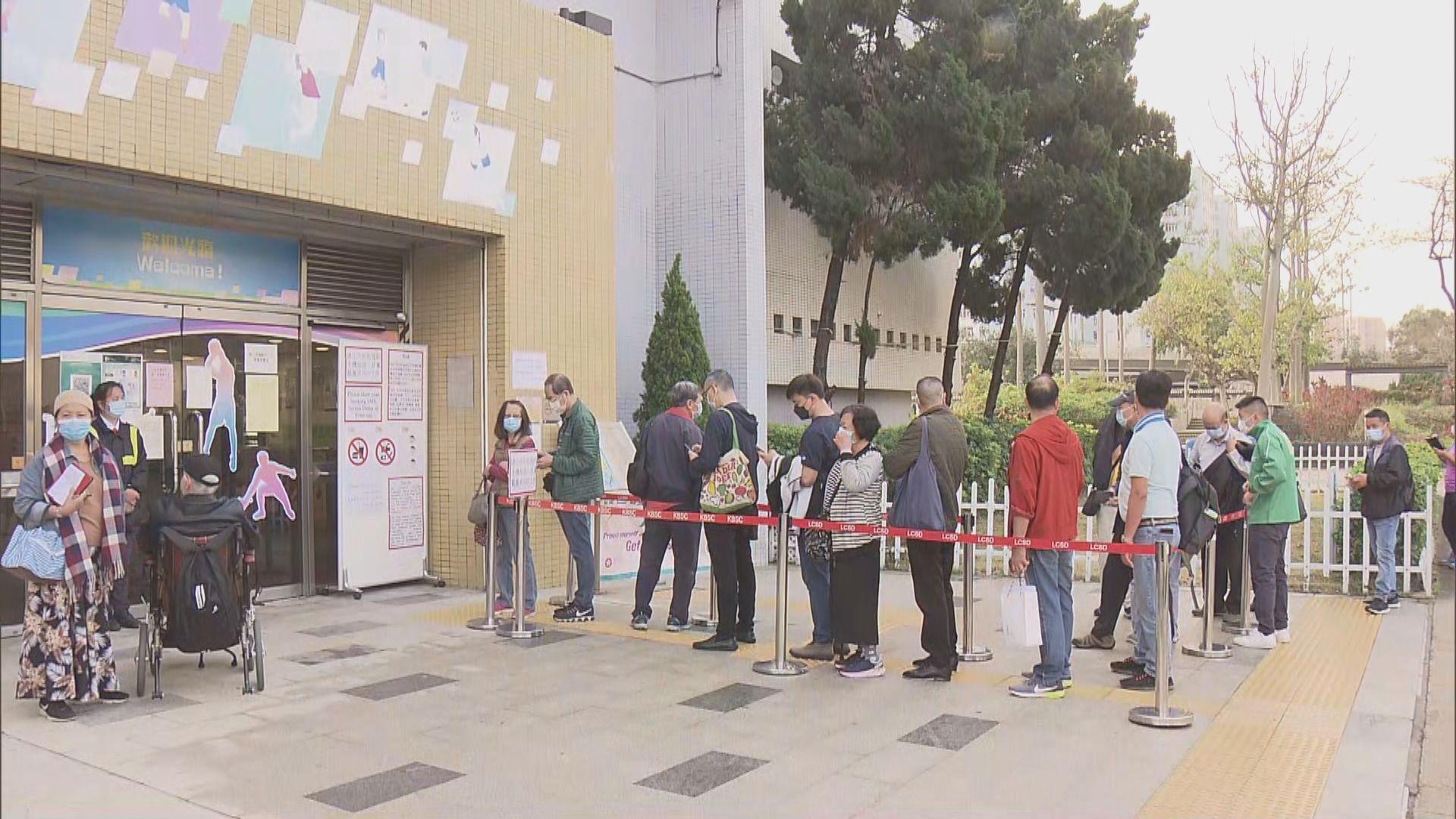 新冠疫苗接種計劃展開 有市民在接種中心外排隊