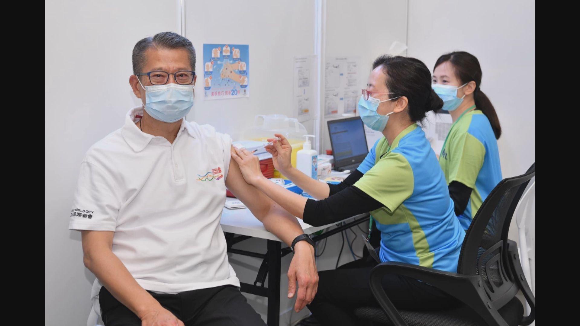 陳茂波和黃錦星接種新冠疫苗