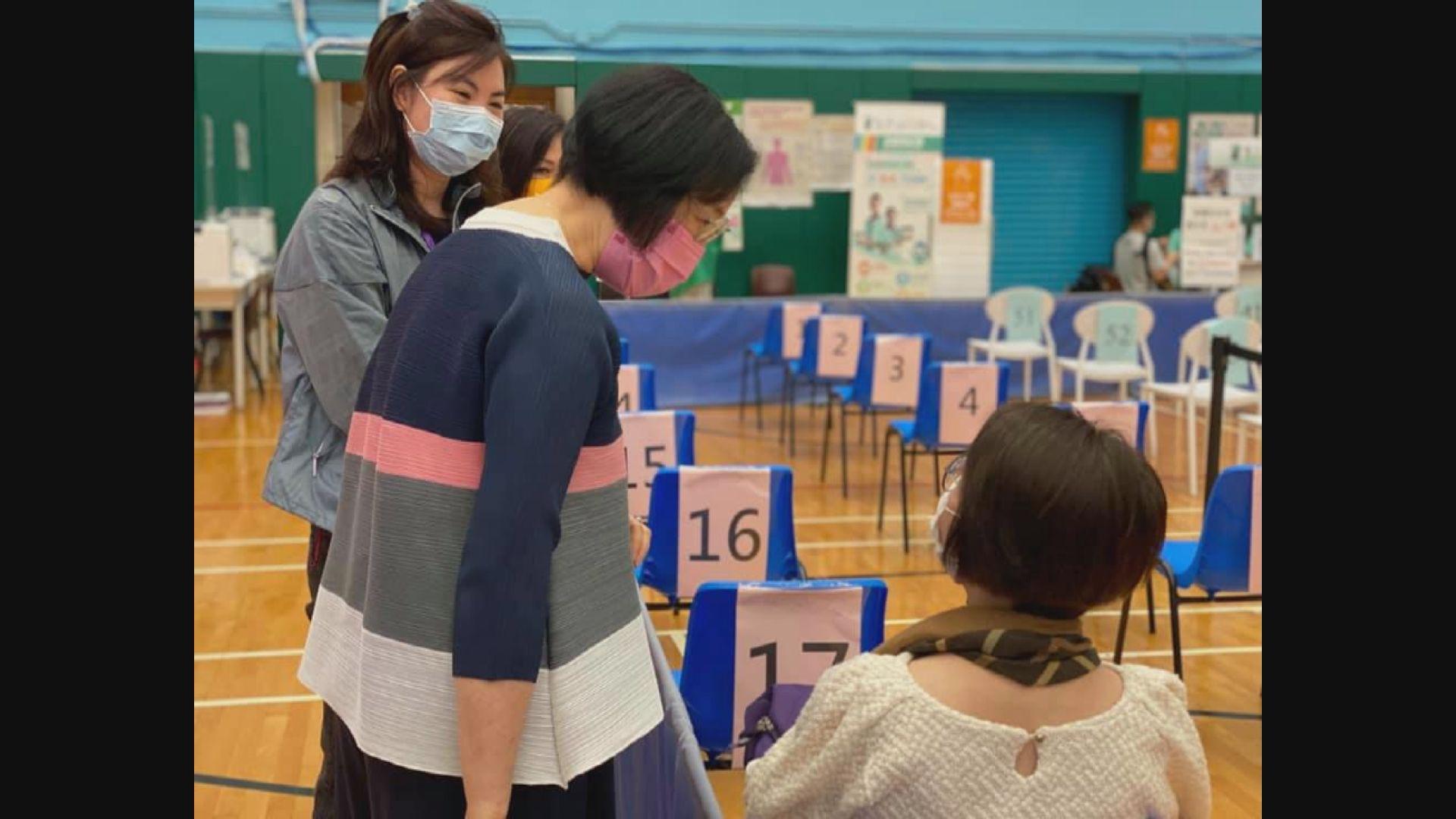 陳肇始視察多個復必泰疫苗接種中心