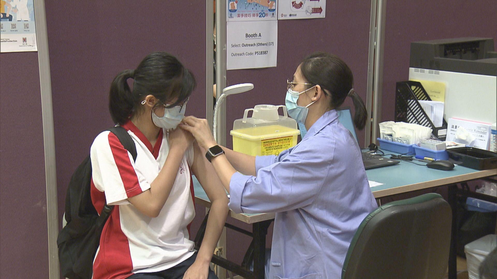 有青少年到疫苗中心接種第二劑復必泰 衞生署:可取消預約