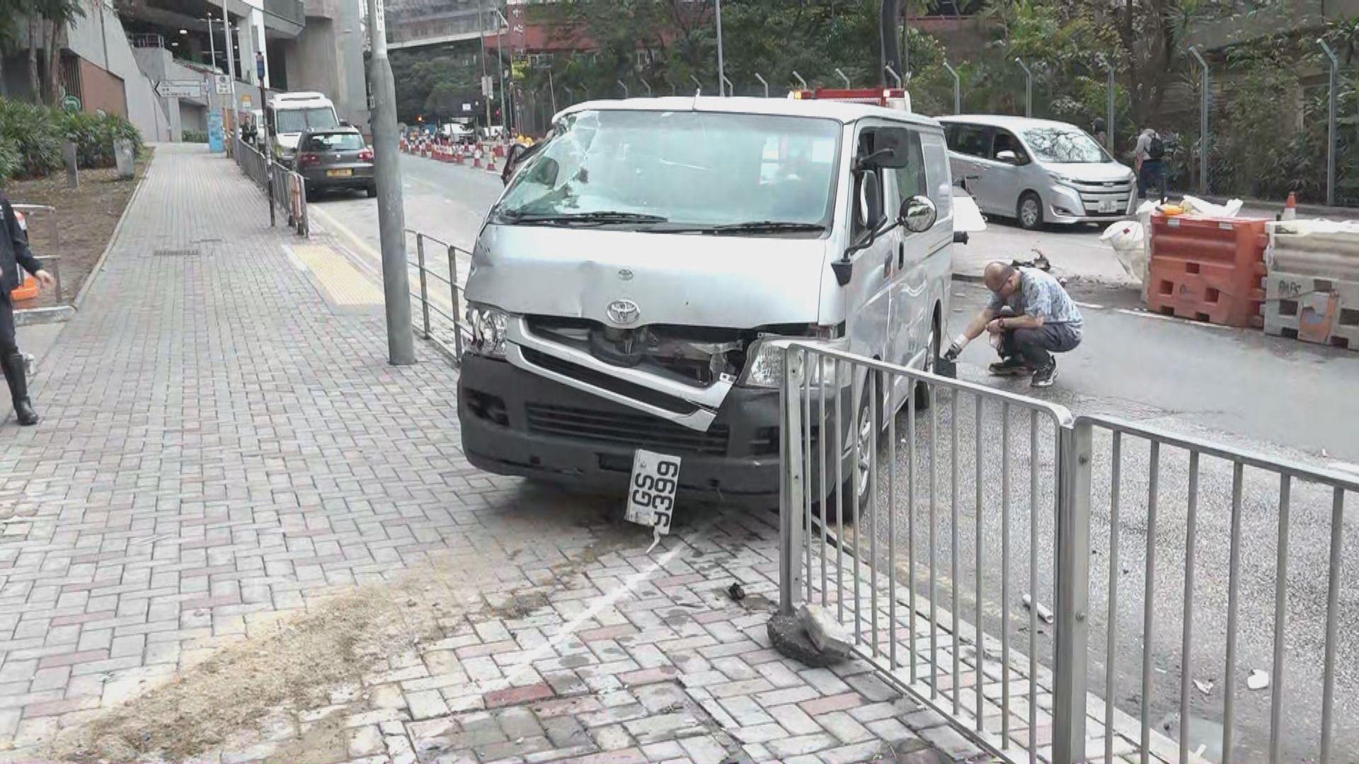油塘客貨車衝上行人路撞傷兩途人 司機輕傷