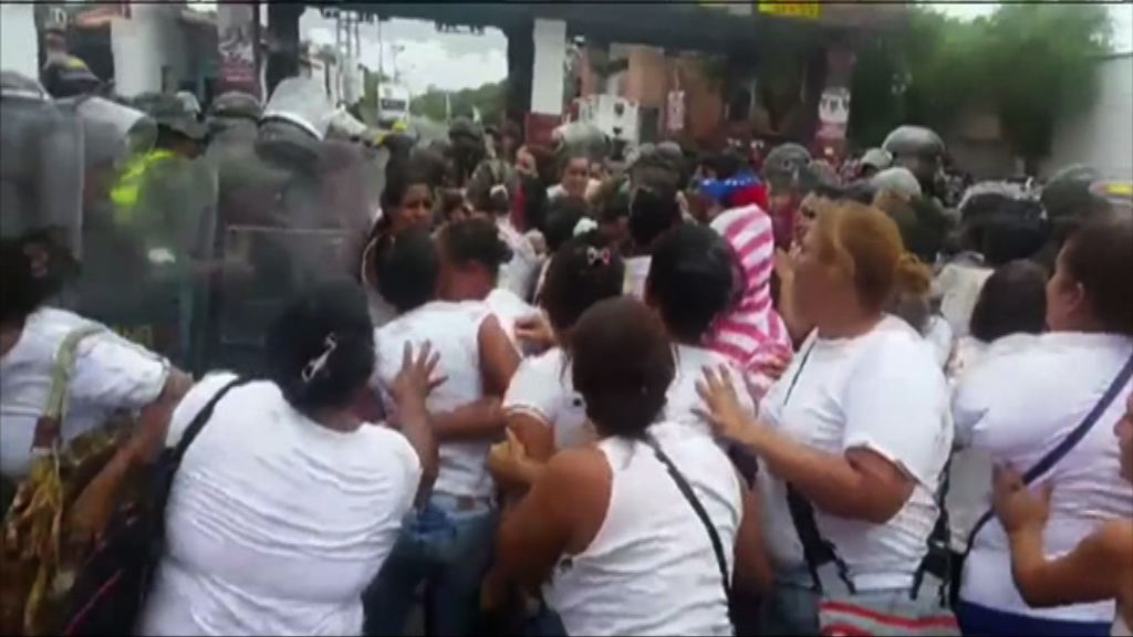 數百委內瑞拉婦女越境搶購糧食