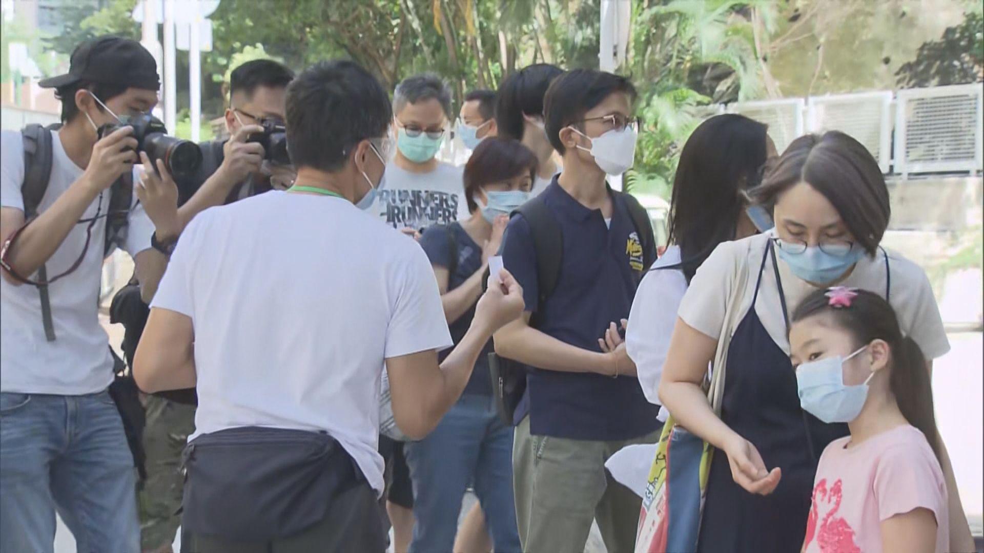 葵青區臨時檢測中心開放 門外大排長龍