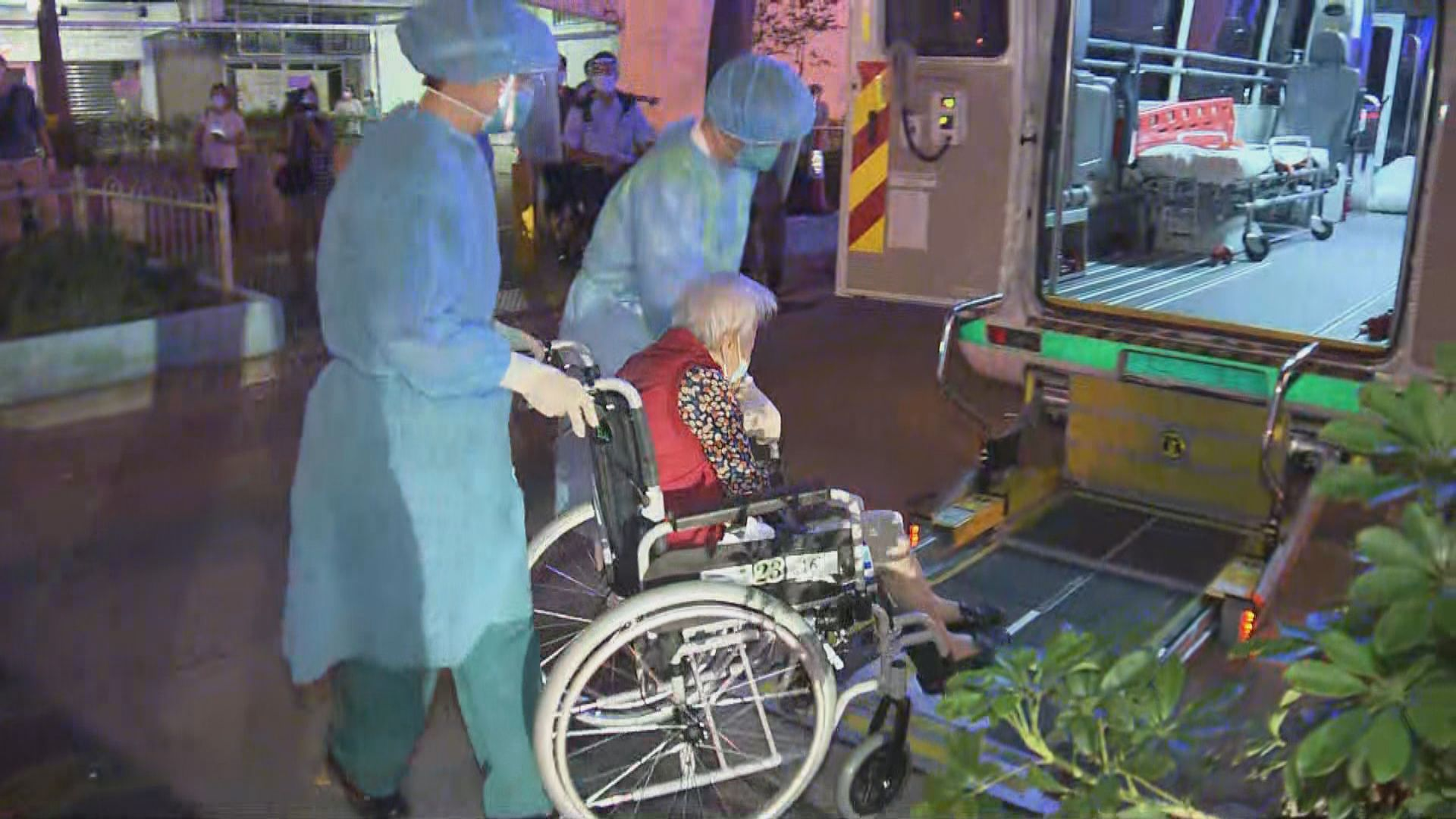 醫護人員晚上到耆康會護理安老院進行撤離