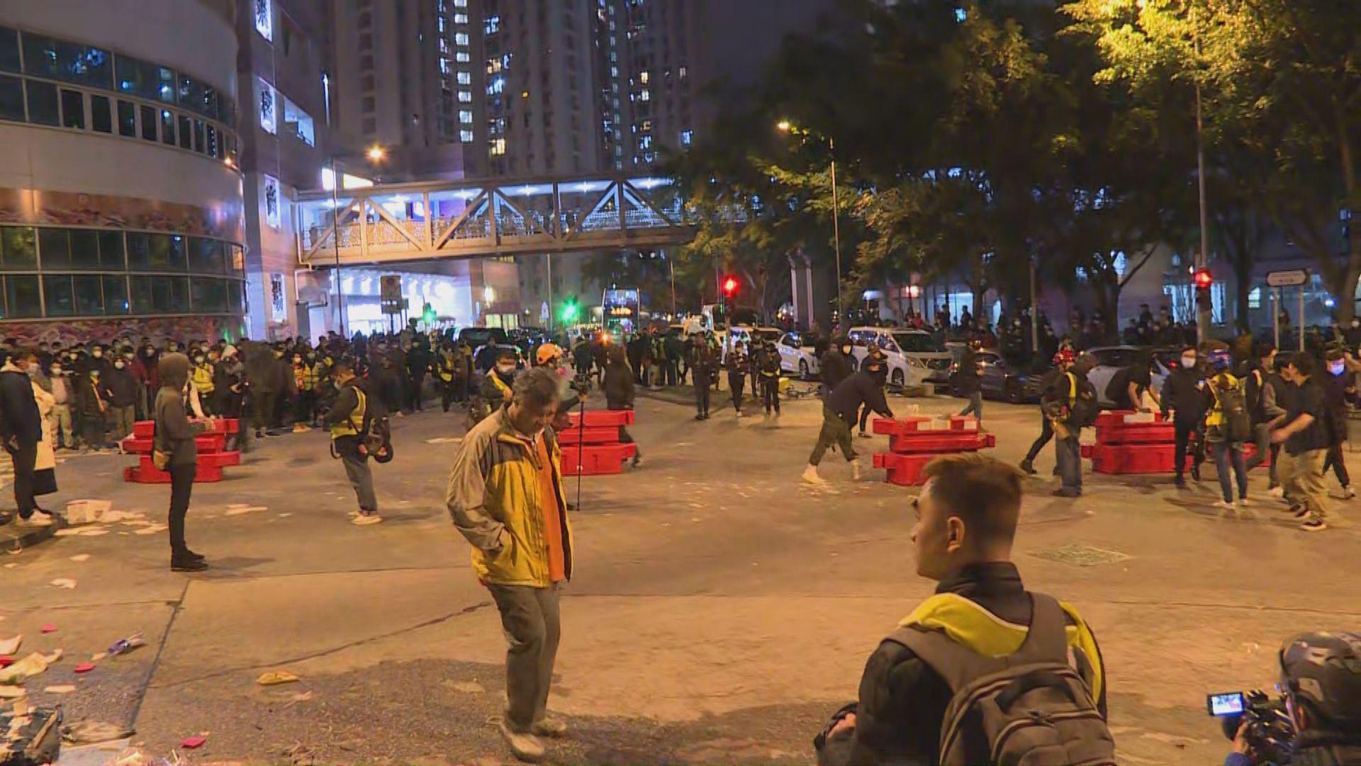 大批人入夜後繼續在暉明邨外堵路