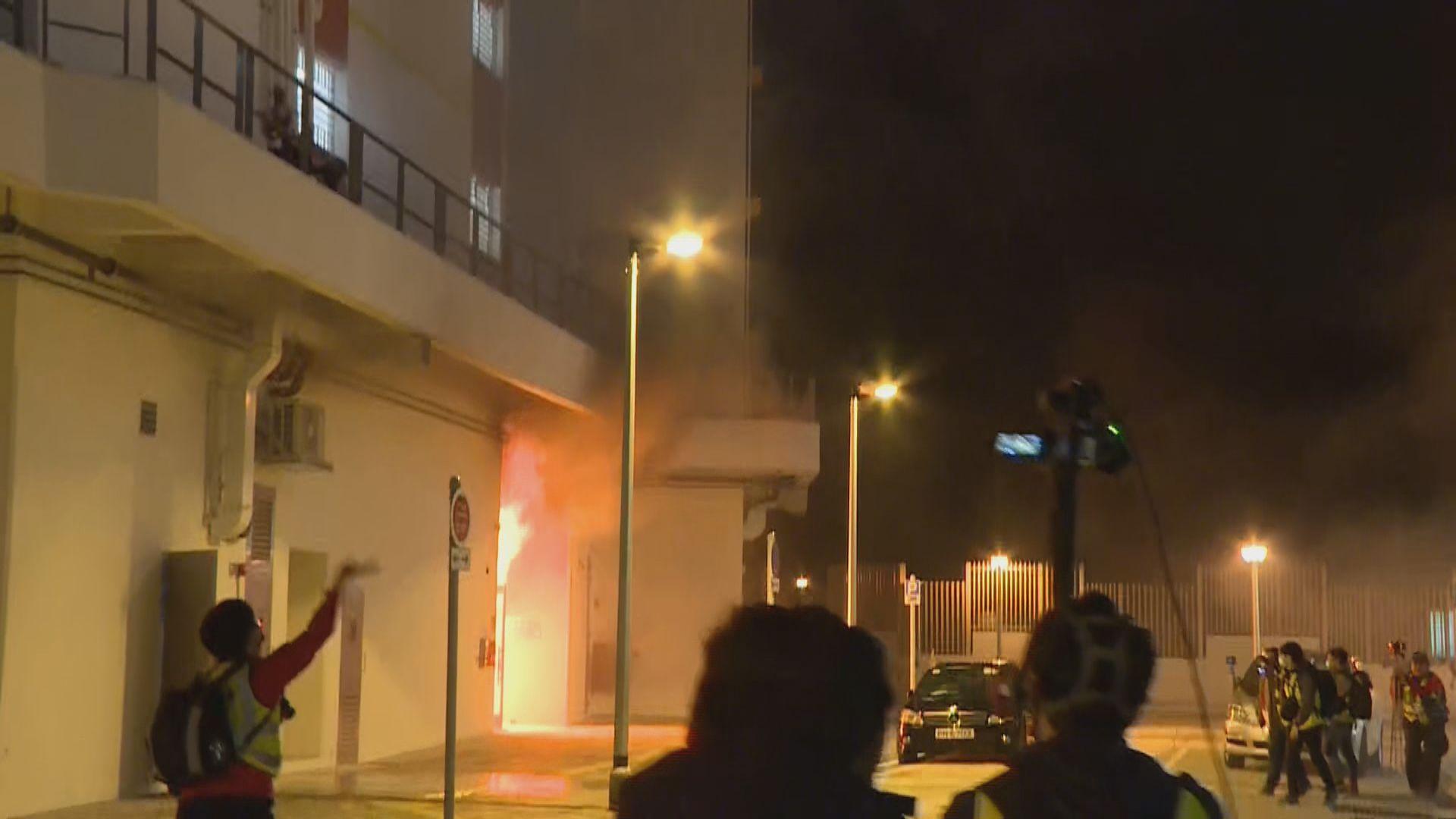 暉明邨兩座大廈被縱火 防暴警察驅散在場聚集人士