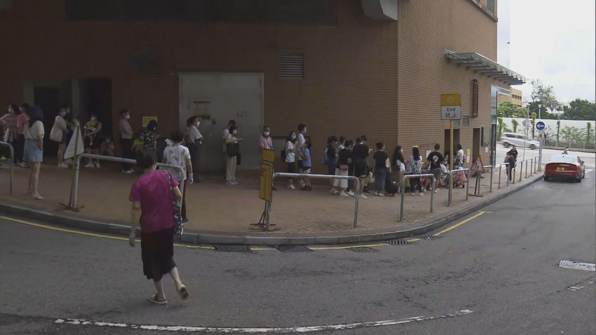 大批市民到私家醫院取籌進行病毒檢測