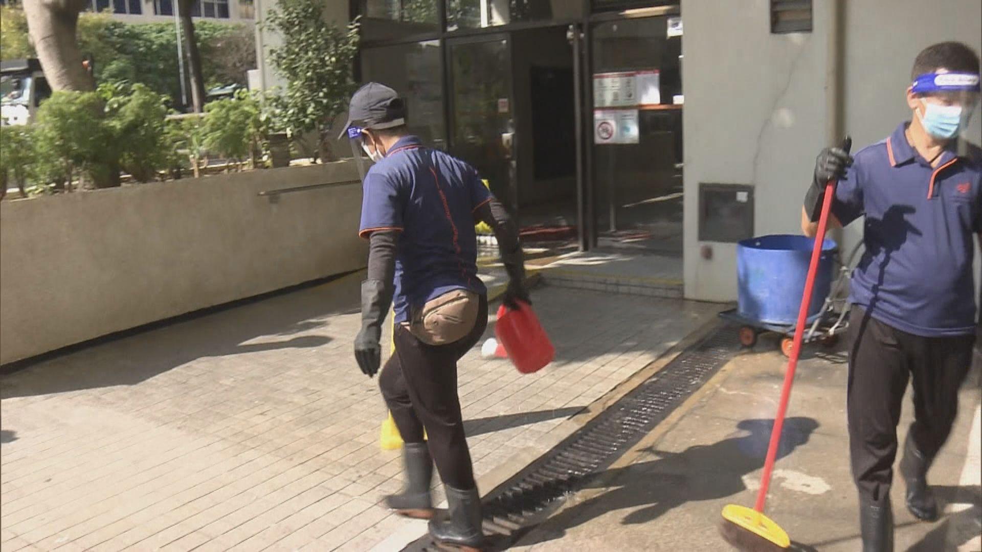清潔工人到麗晶花園六座清潔及消毒