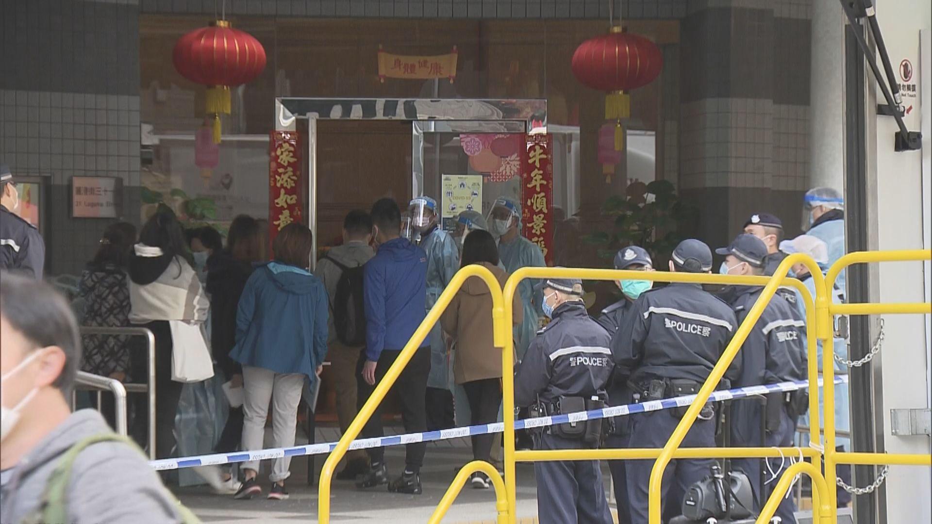 政府昨圍封麗港城五、七座 一工作人員遭檢人士襲擊