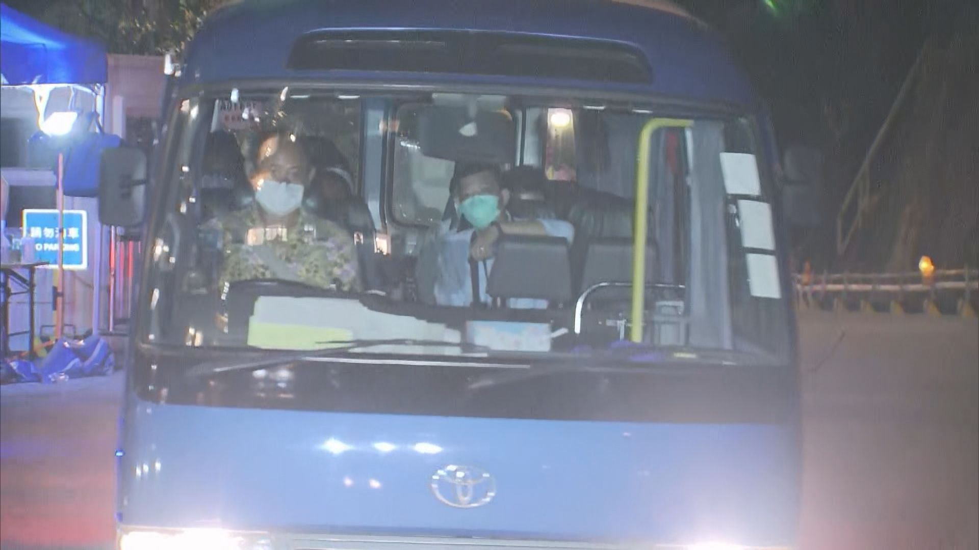 十名曾滯留機場旅客由專車送往機場返回迪拜