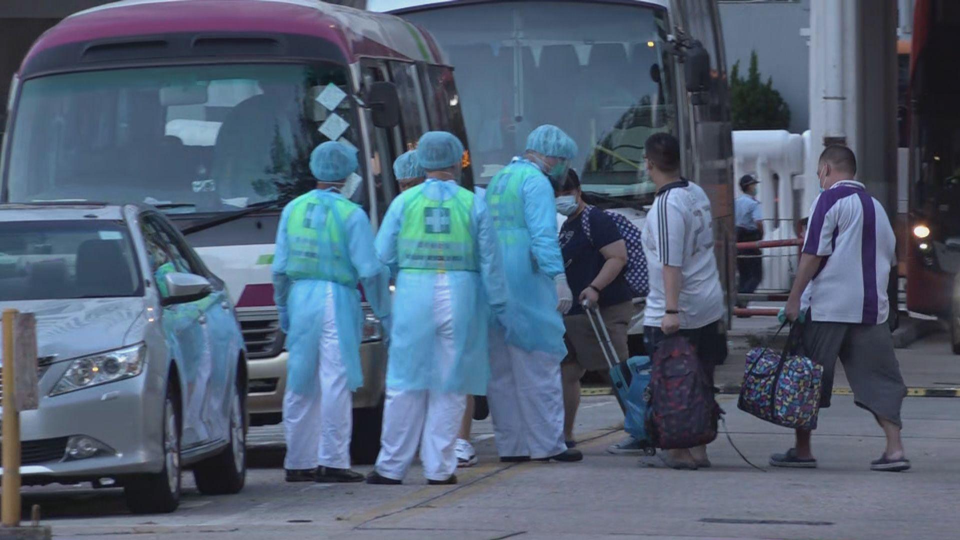 祿泉樓部分居民分批登上旅遊巴到檢疫中心隔離