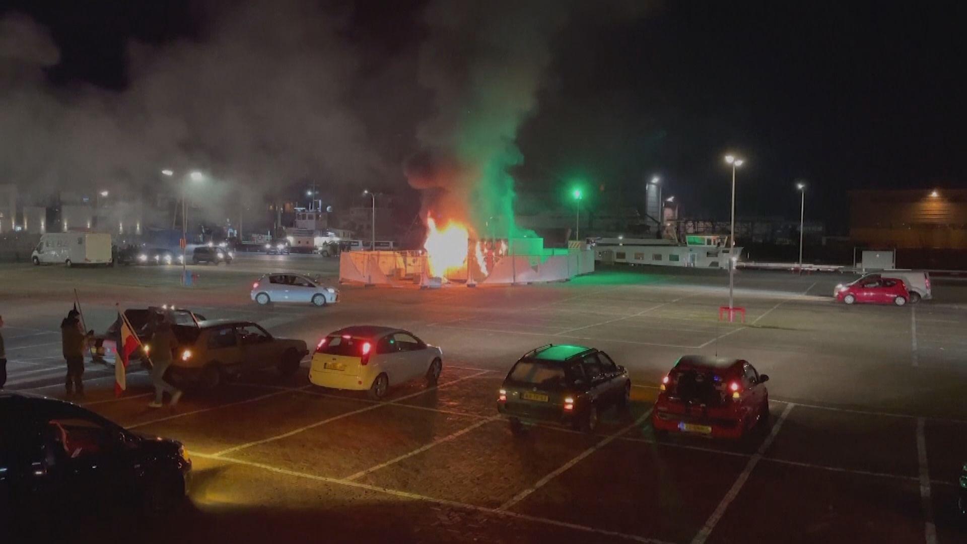 荷蘭民眾示威不滿封城宵禁 有示威者燒毀病毒檢測中心