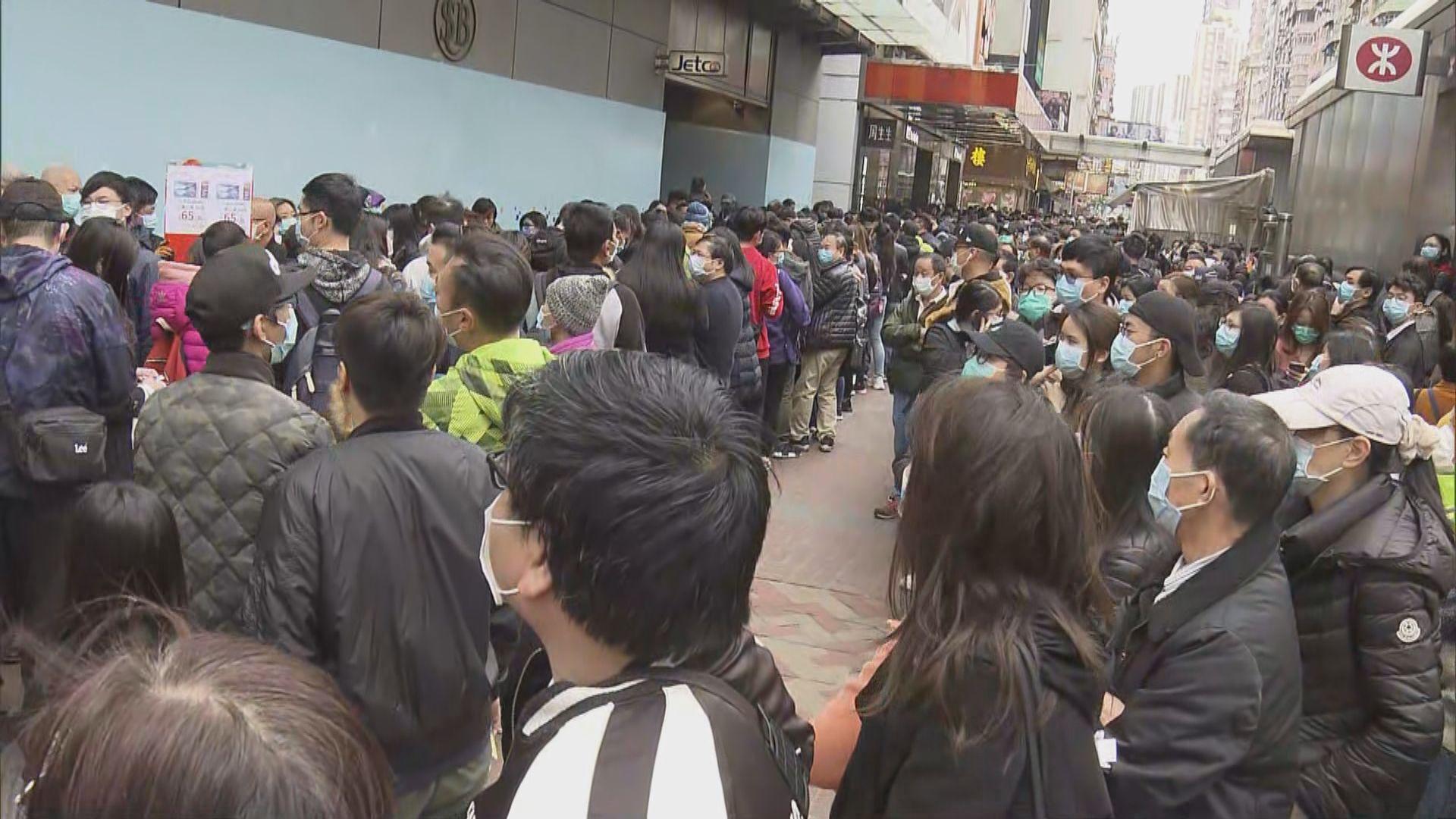 過千市民在連鎖店外輪候搶購口罩