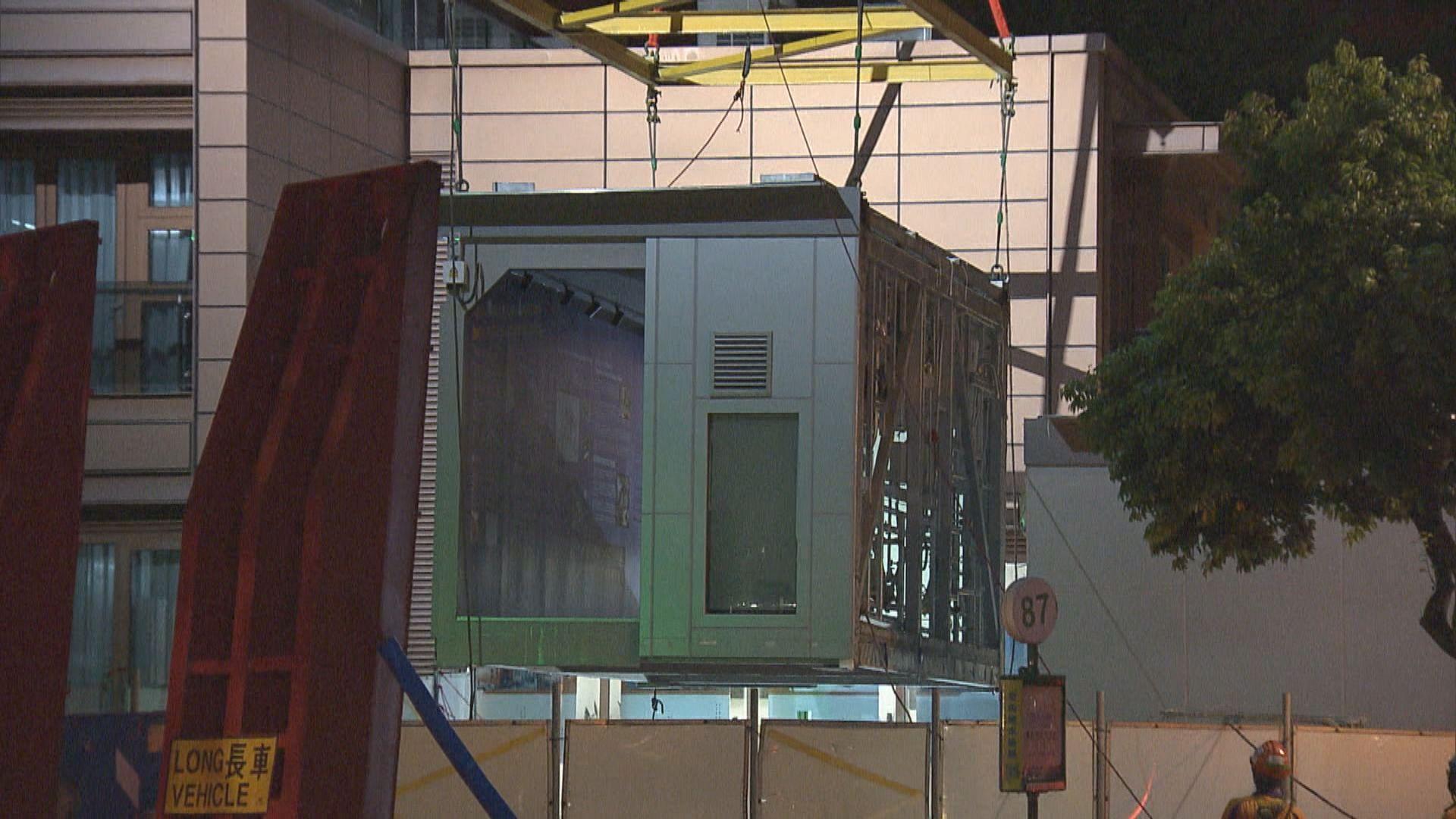工人將組裝合成的負壓隔離病房移送至亞博