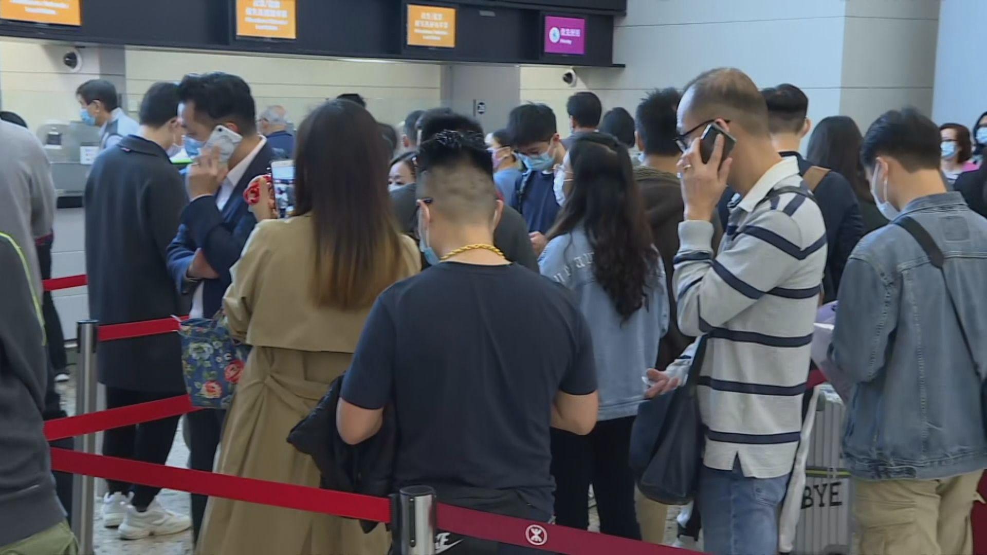大批旅客在高鐵西九龍站排隊退票