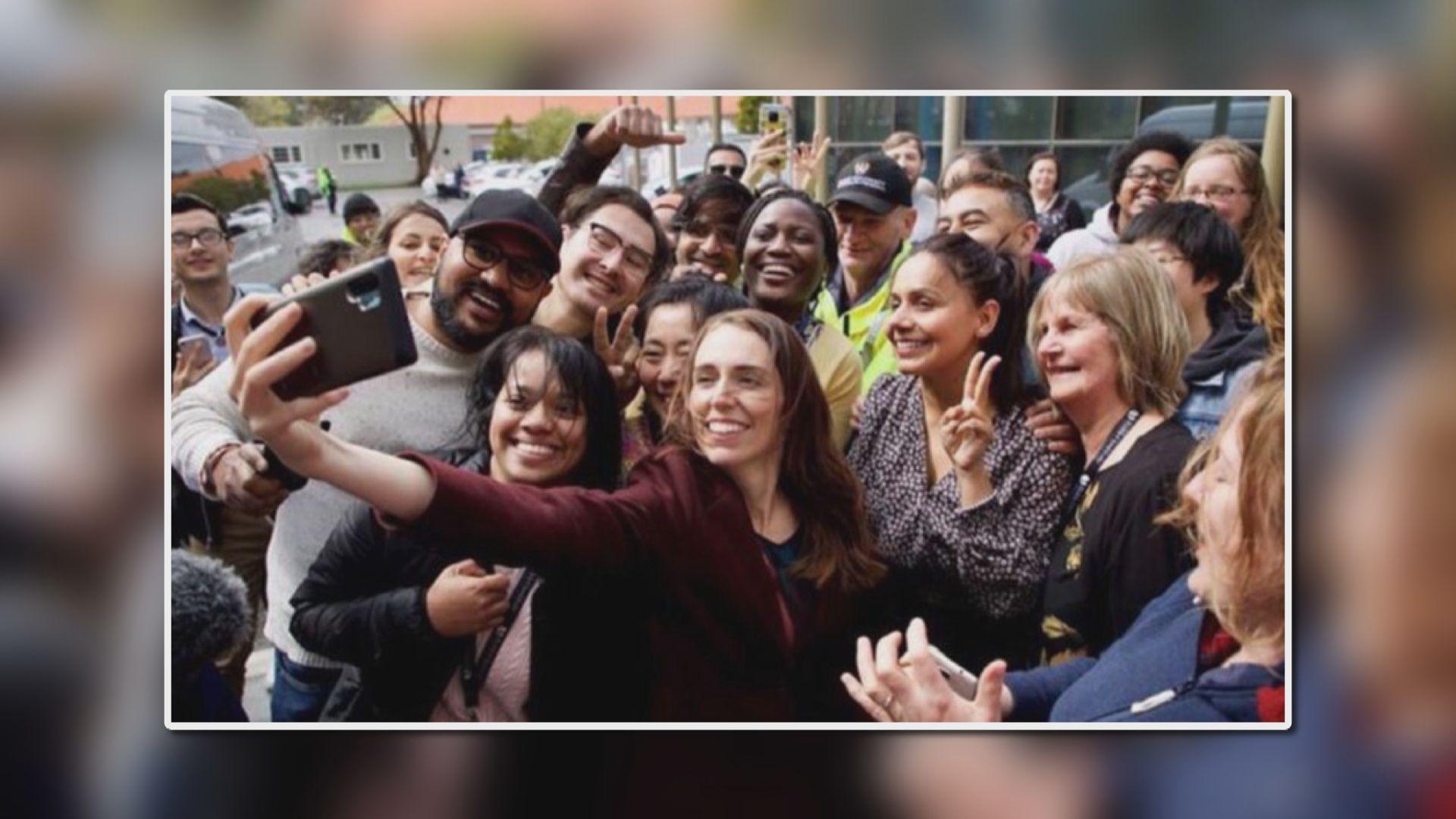 與十多人近距離自拍 新西蘭總理阿德恩承認犯錯