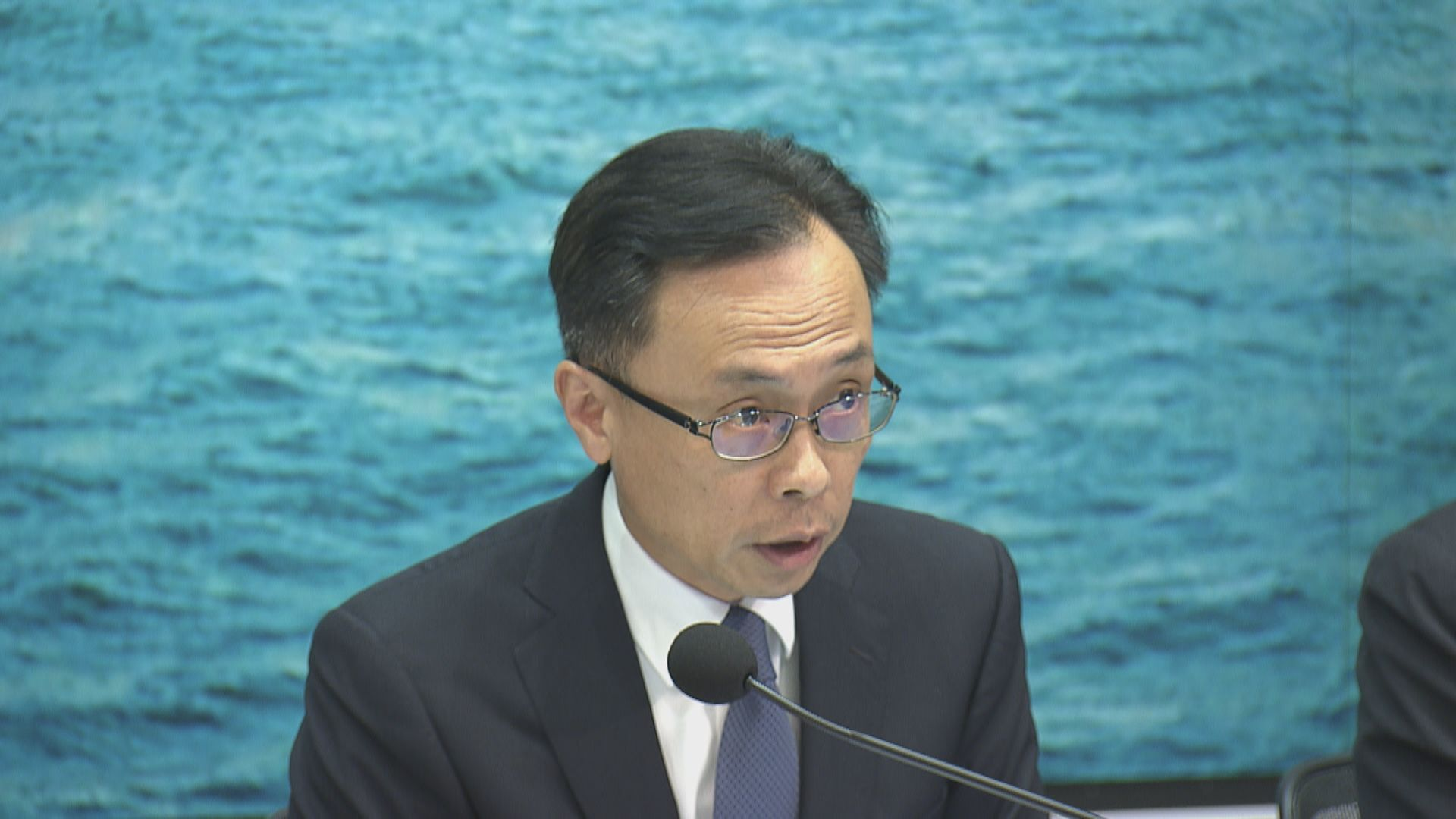 政府考慮公共衞生風險後計劃分批安排滯留湖北港人返港