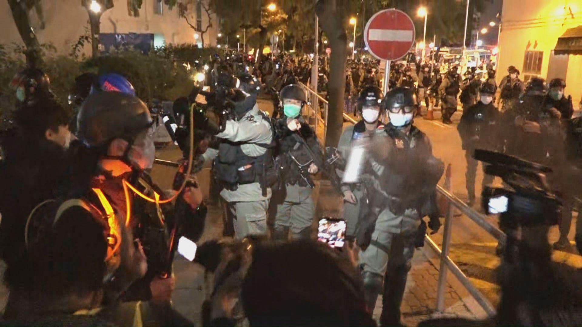 九龍灣居民遊行反對設指定診所 防暴警施放胡椒噴霧