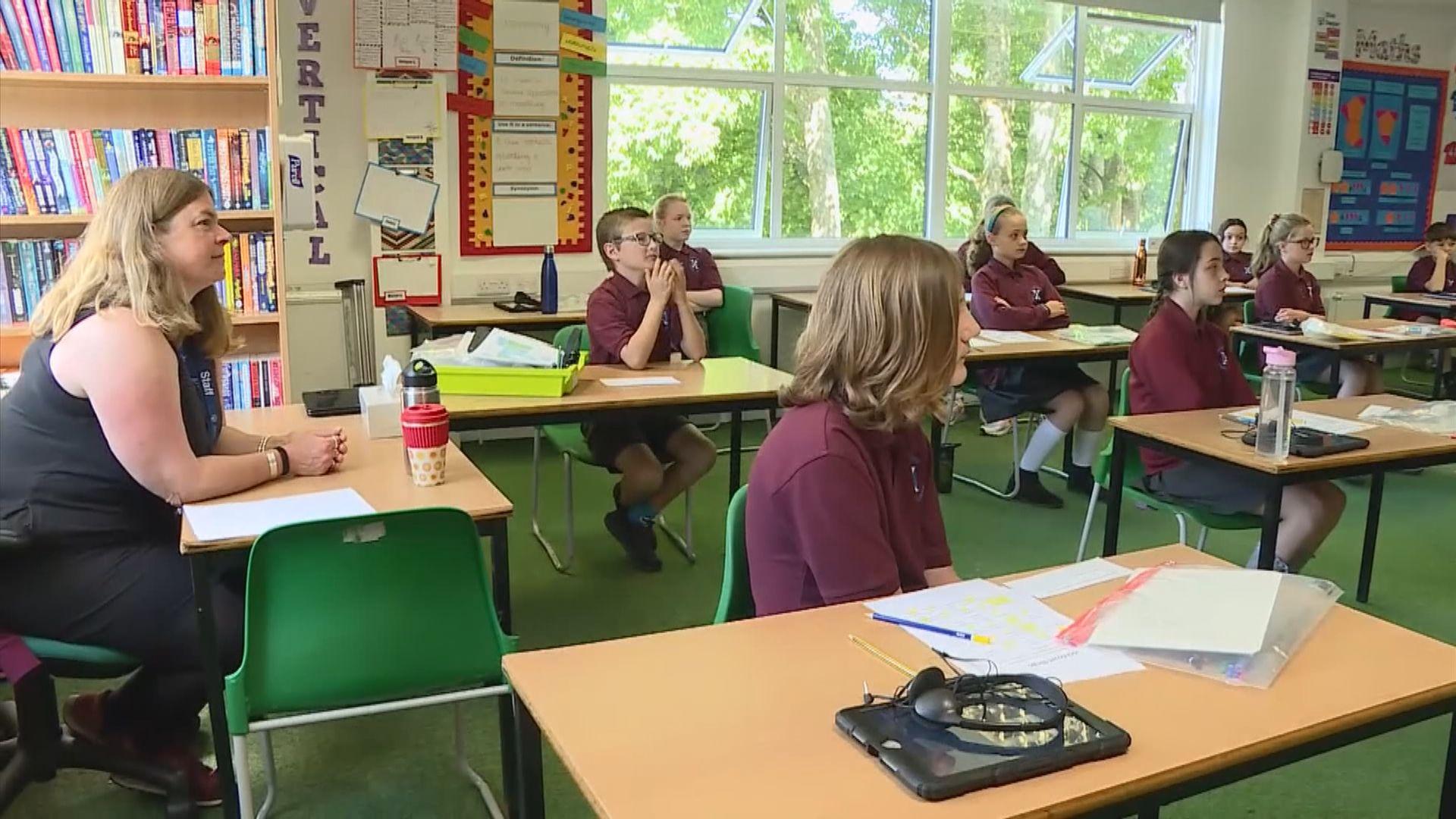 英國衞生顧問稱應讓學童重返校園