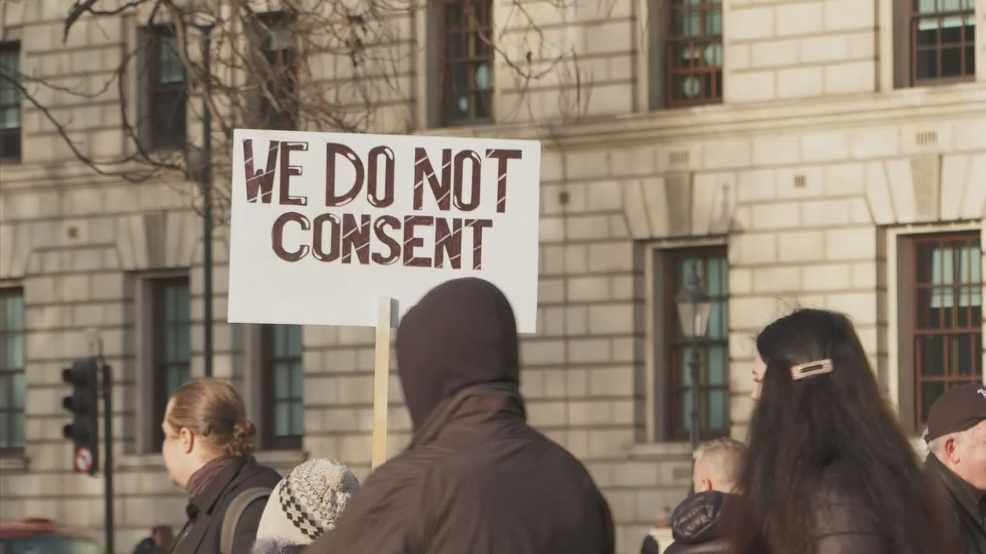 英國有遊行抗議收緊防疫限制措施