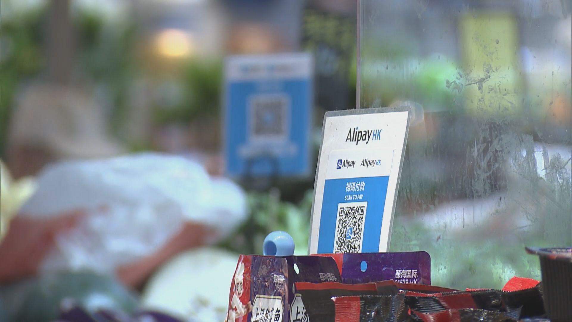 消費券首筆2000元即日起發放 有市民到便利店排隊領取相關優惠券