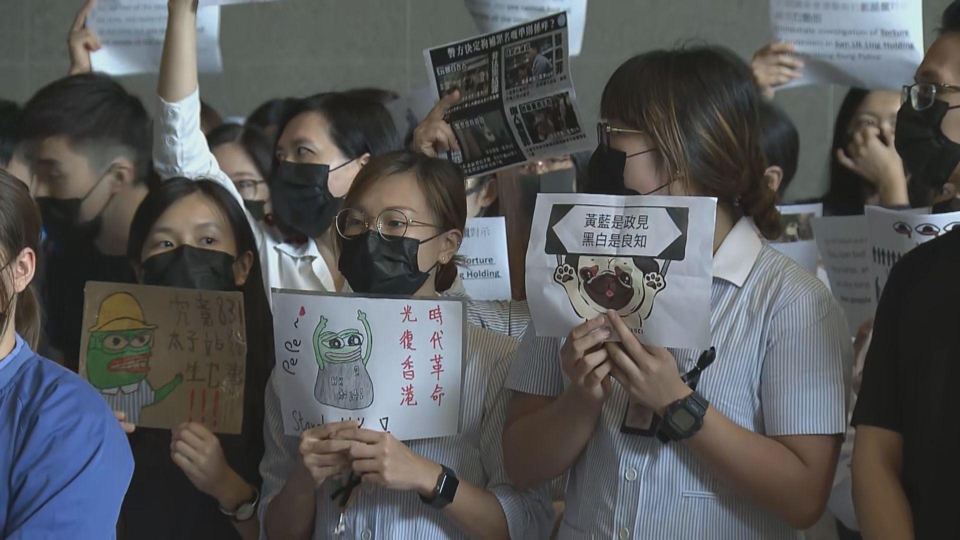 威院數百醫護築人鏈不滿警方不合理武力執法