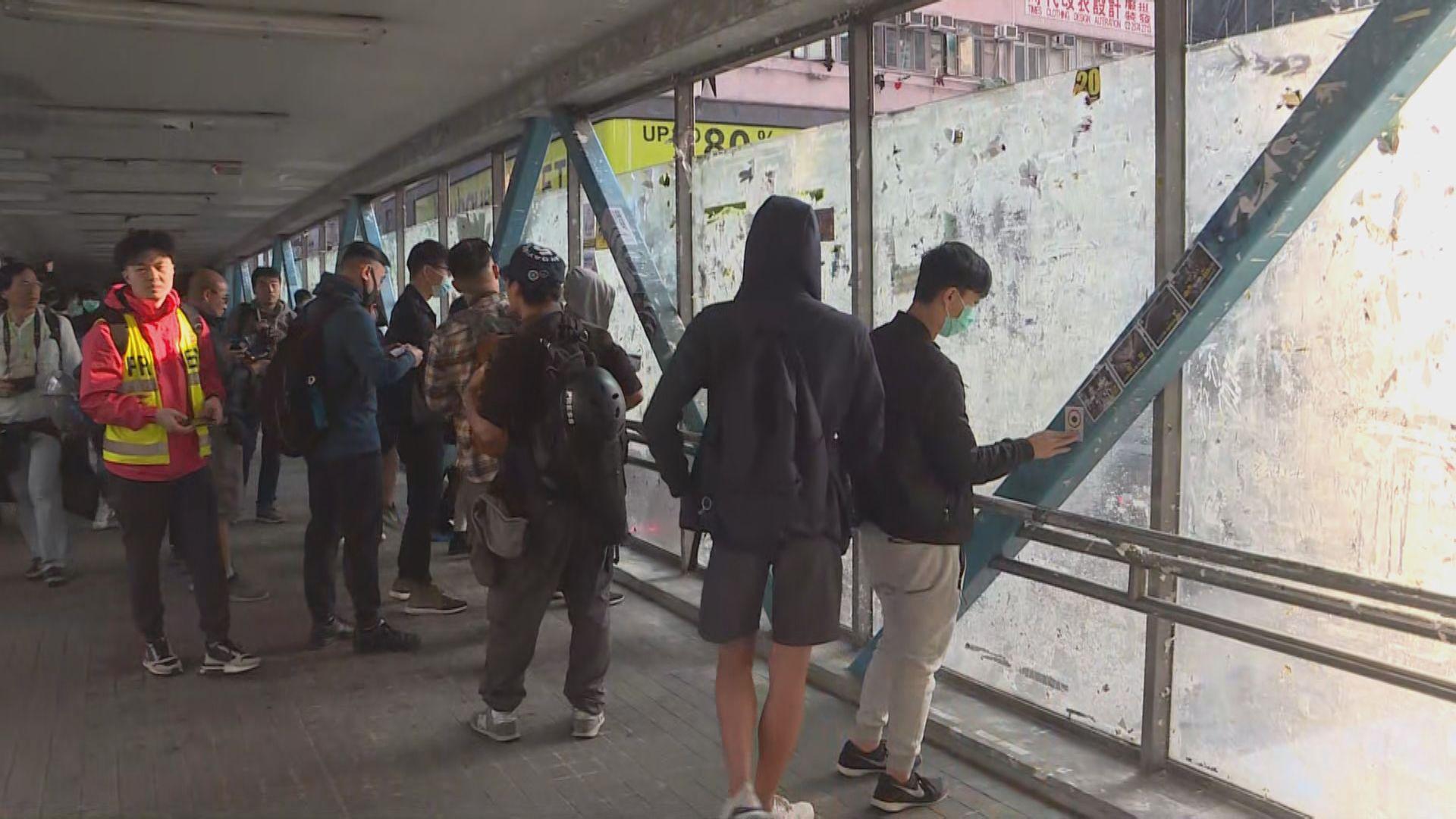 網民自發於全港「連儂牆」張貼文宣