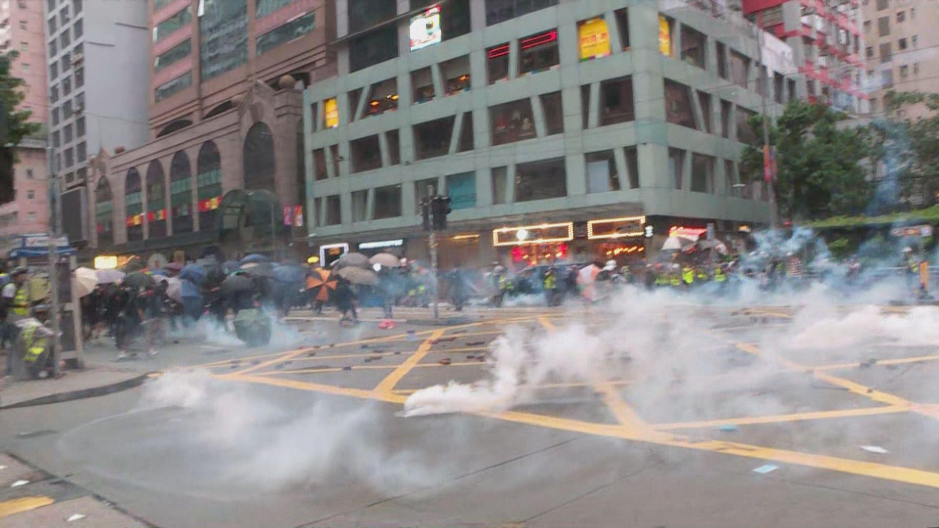 警方在灣仔施放催淚彈驅散示威者