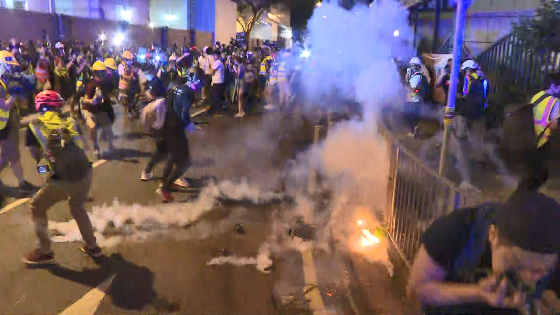 黃大仙警署及紀律部隊宿舍爆警民衝突 警施放催淚彈驅散