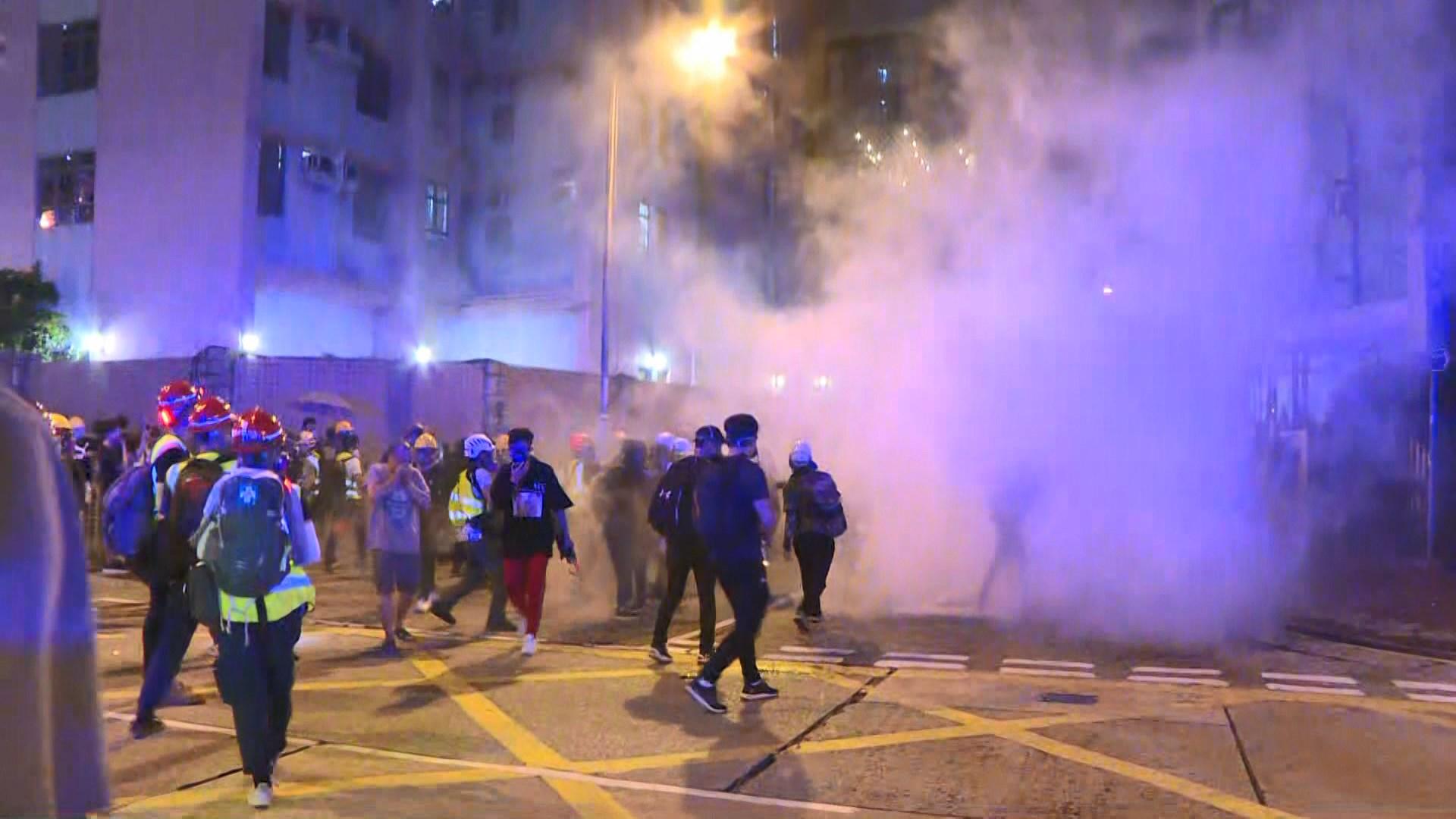 警方一度在黃大仙施放催淚彈驅散在場人士