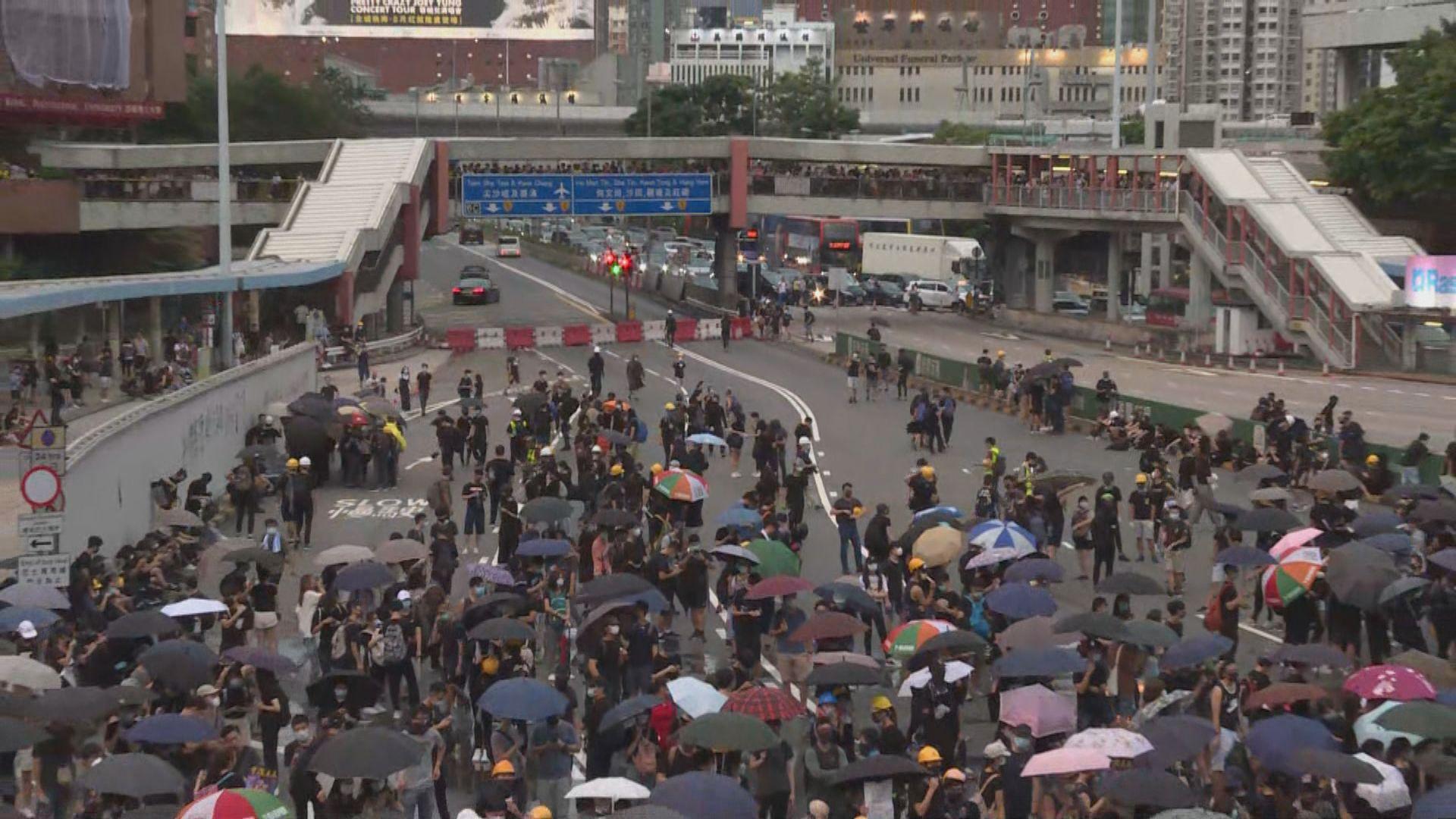 示威者堵塞紅隧九龍出入口半小時癱瘓交通