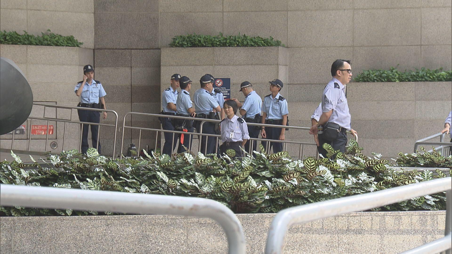 警方在金紫荊廣場及會展外圍布防