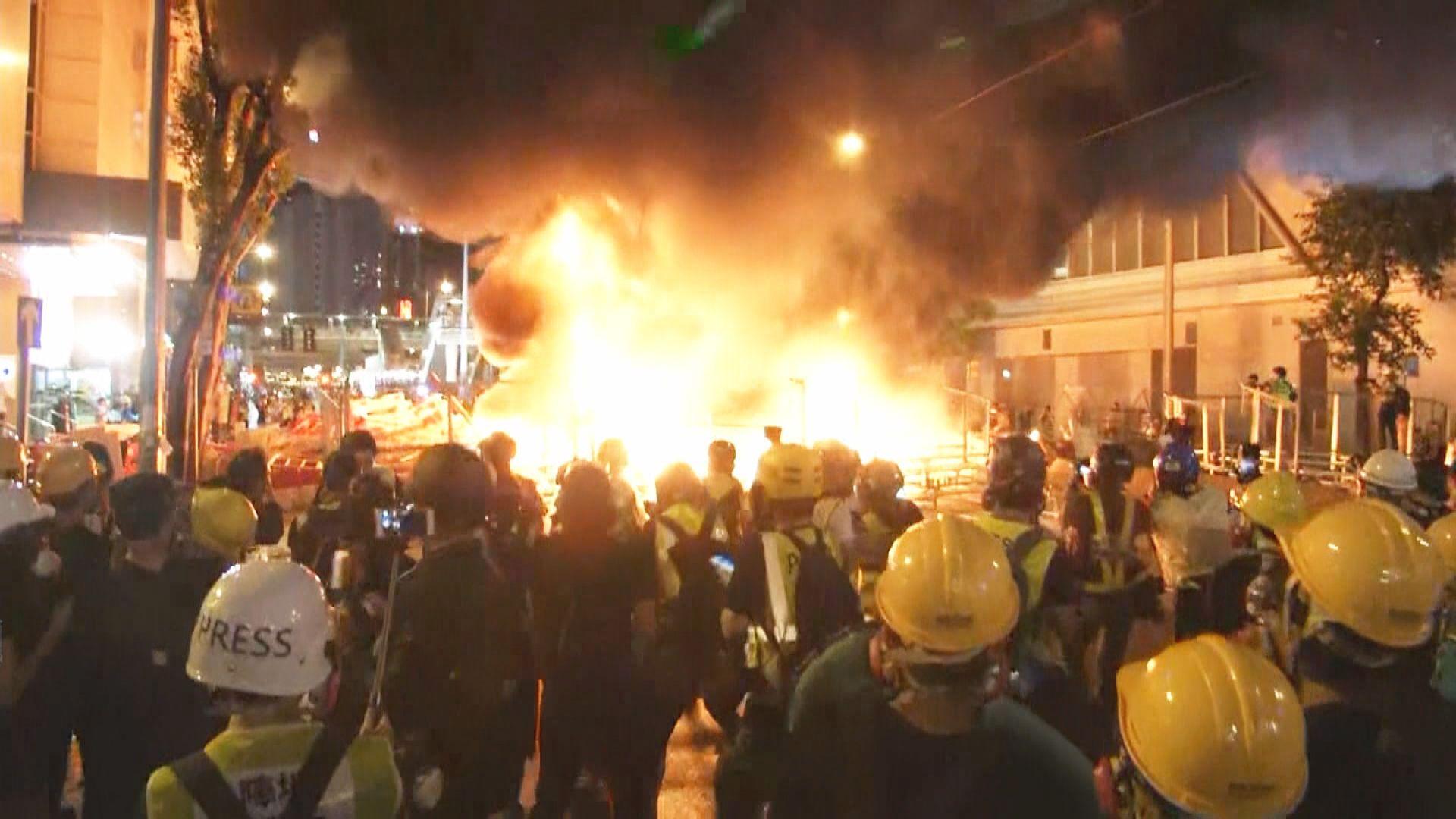 示威者在灣仔軒尼詩道縱火 火勢猛烈