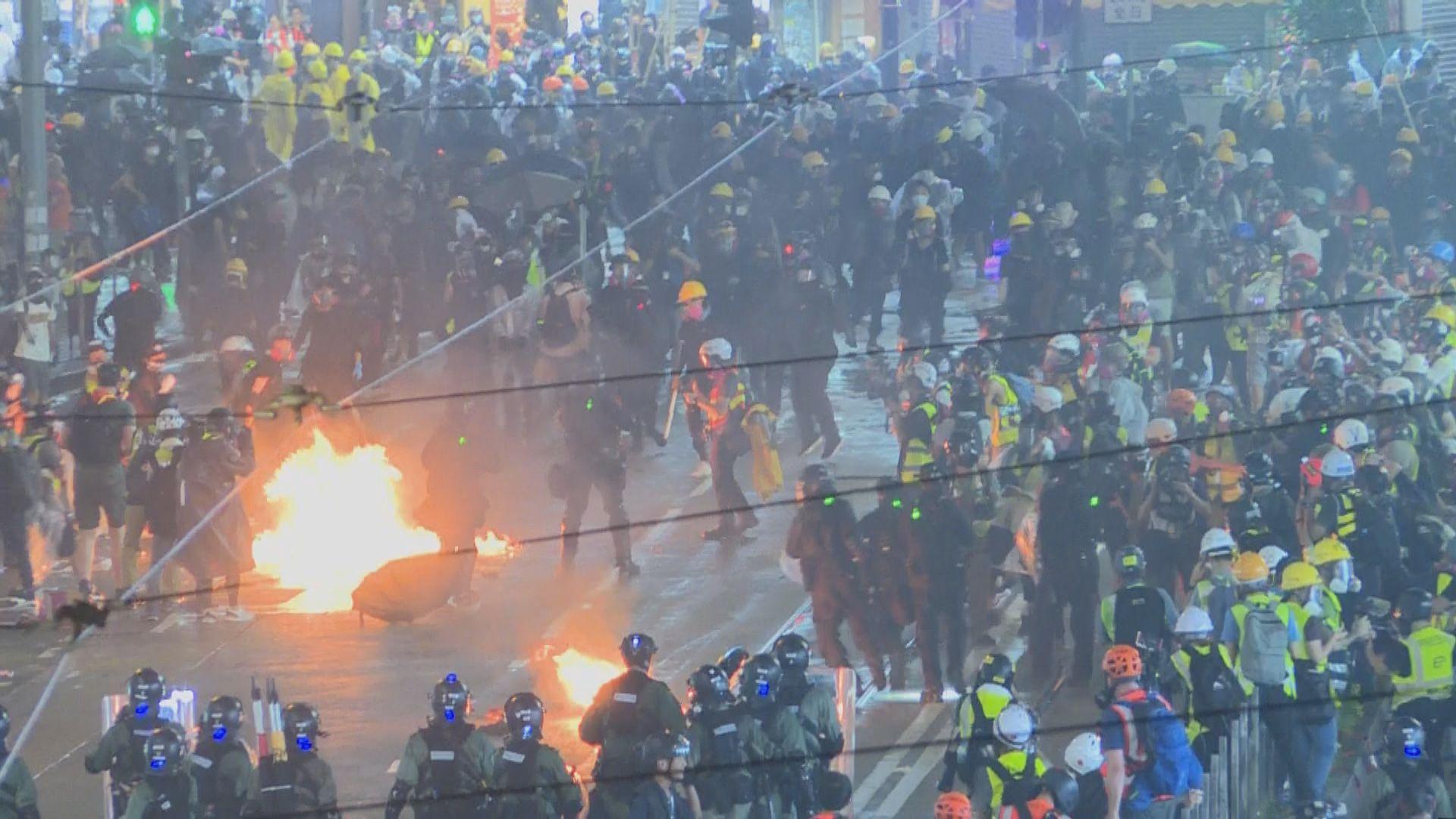 示威者與防暴警崇光外對峙