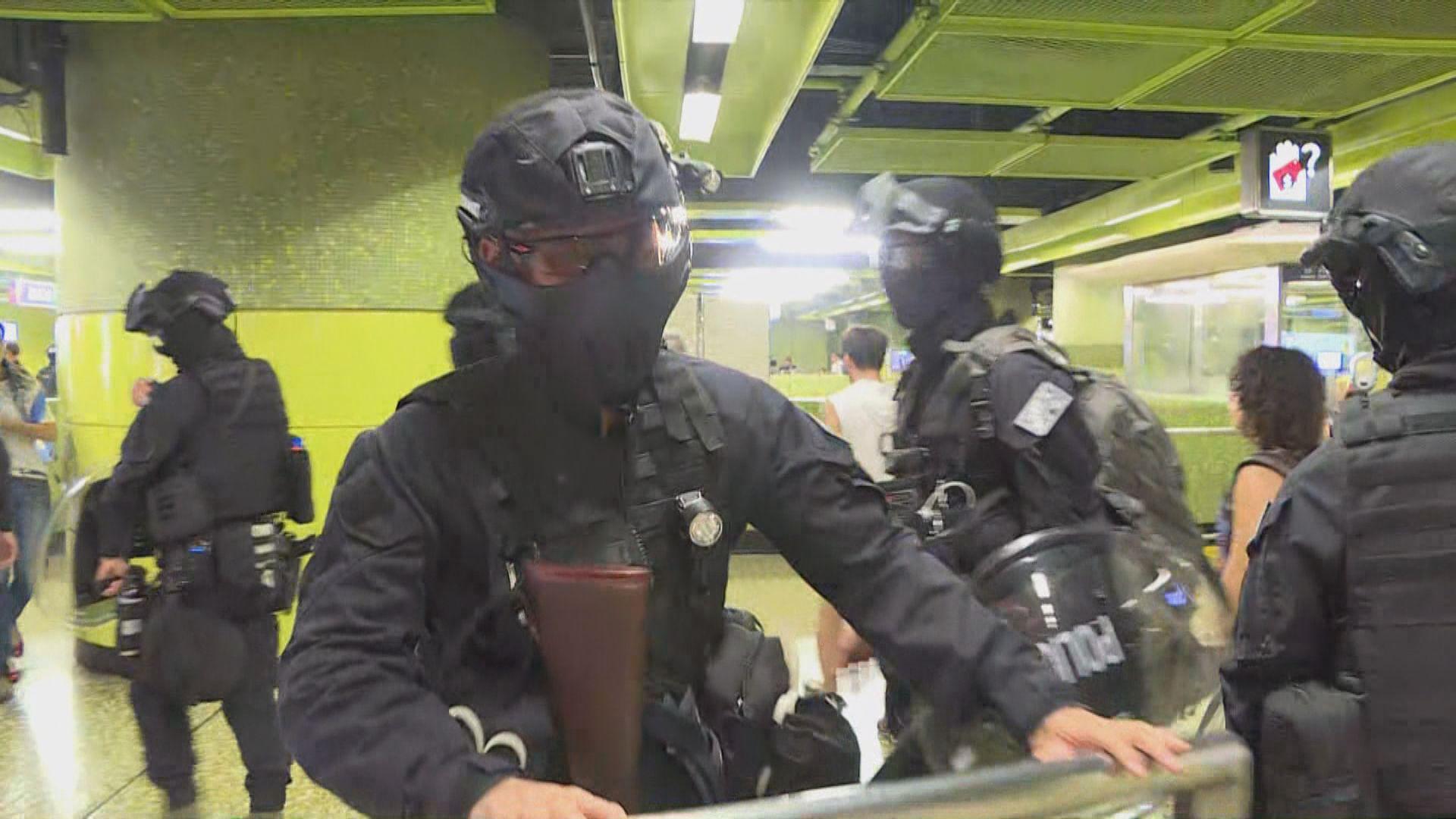 防暴警察及速龍小隊進入灣仔港鐵站