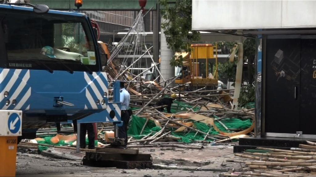 灣仔巨型棚架倒塌 交通一度受阻