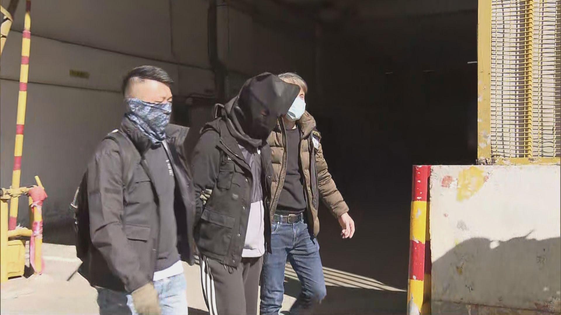 警方荃灣工廈搜獲危險品及武器 拘一人