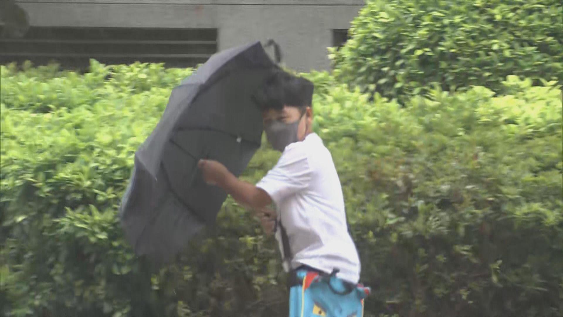 天文台預料本港今晚和明日間中會有狂風大驟雨