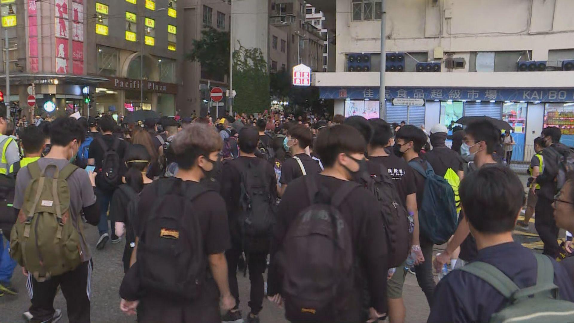 【港島西集會】示威者行出路面警放催淚彈驅散