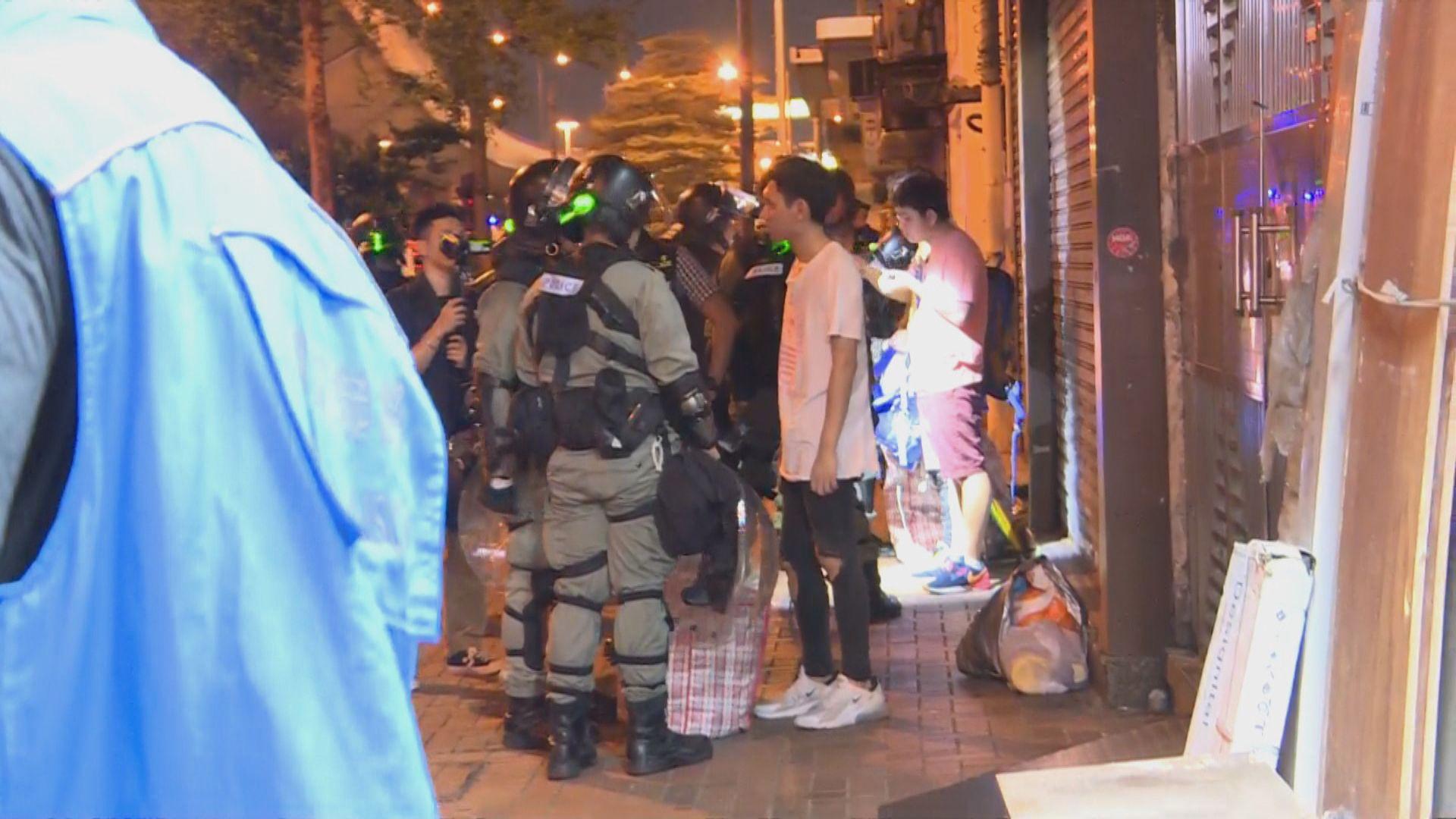 【港島西集會】示威者離開西區 警察搜查市民隨身物品