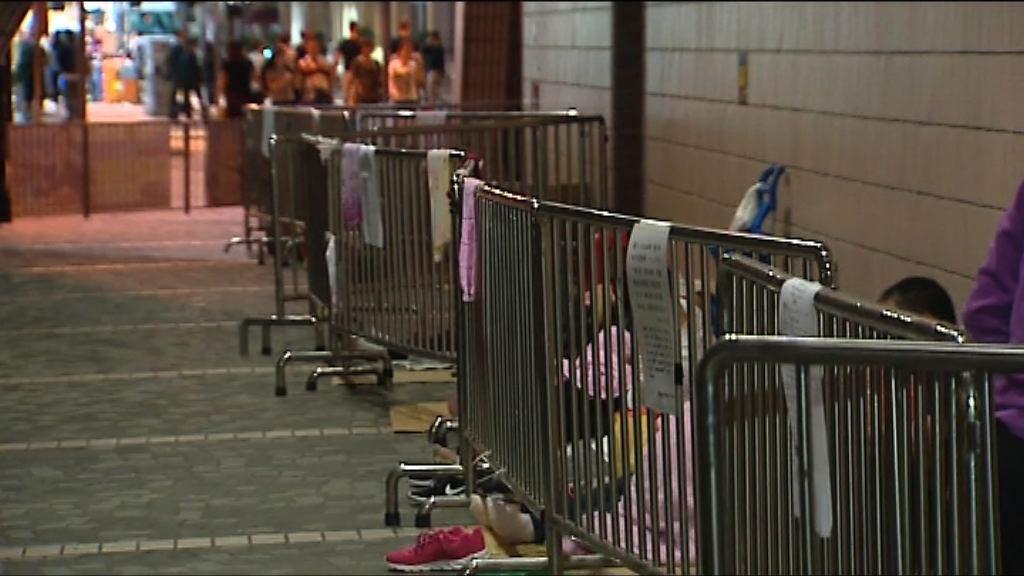 逾百人文化中心外通宵候購黃子華門票