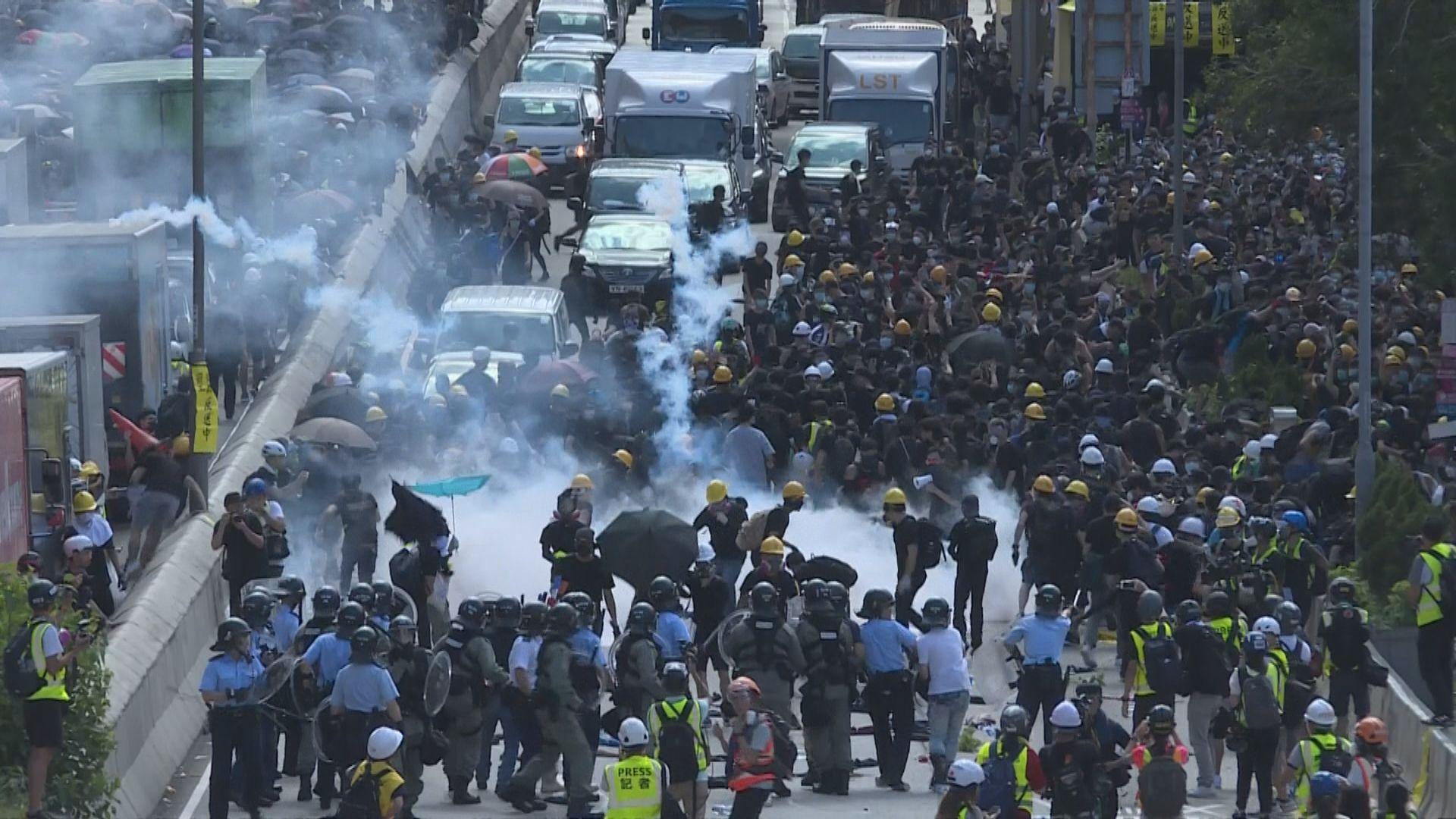 黃大仙龍翔道被佔據 警方催淚彈驅彈示威者