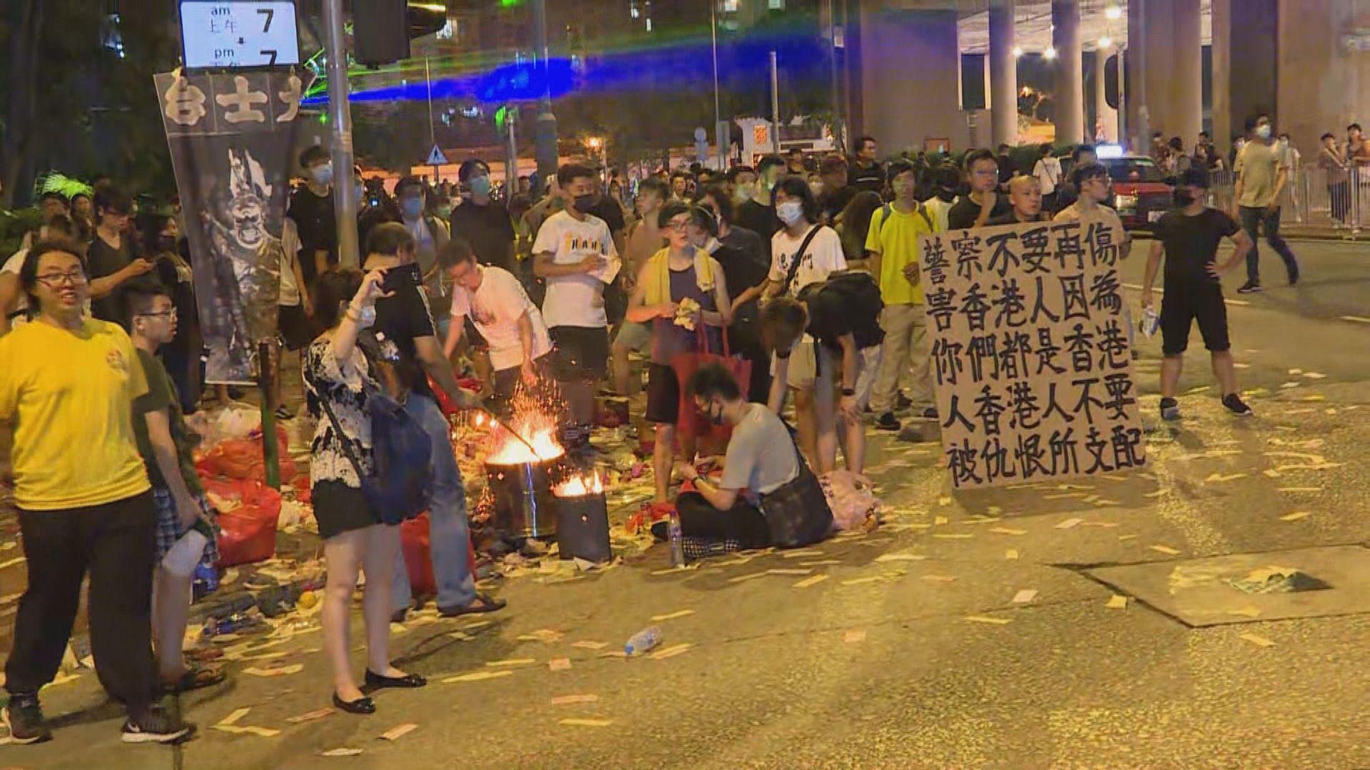 網民在黃大仙辦祈福除惡晚會 警方指示威者行為挑釁