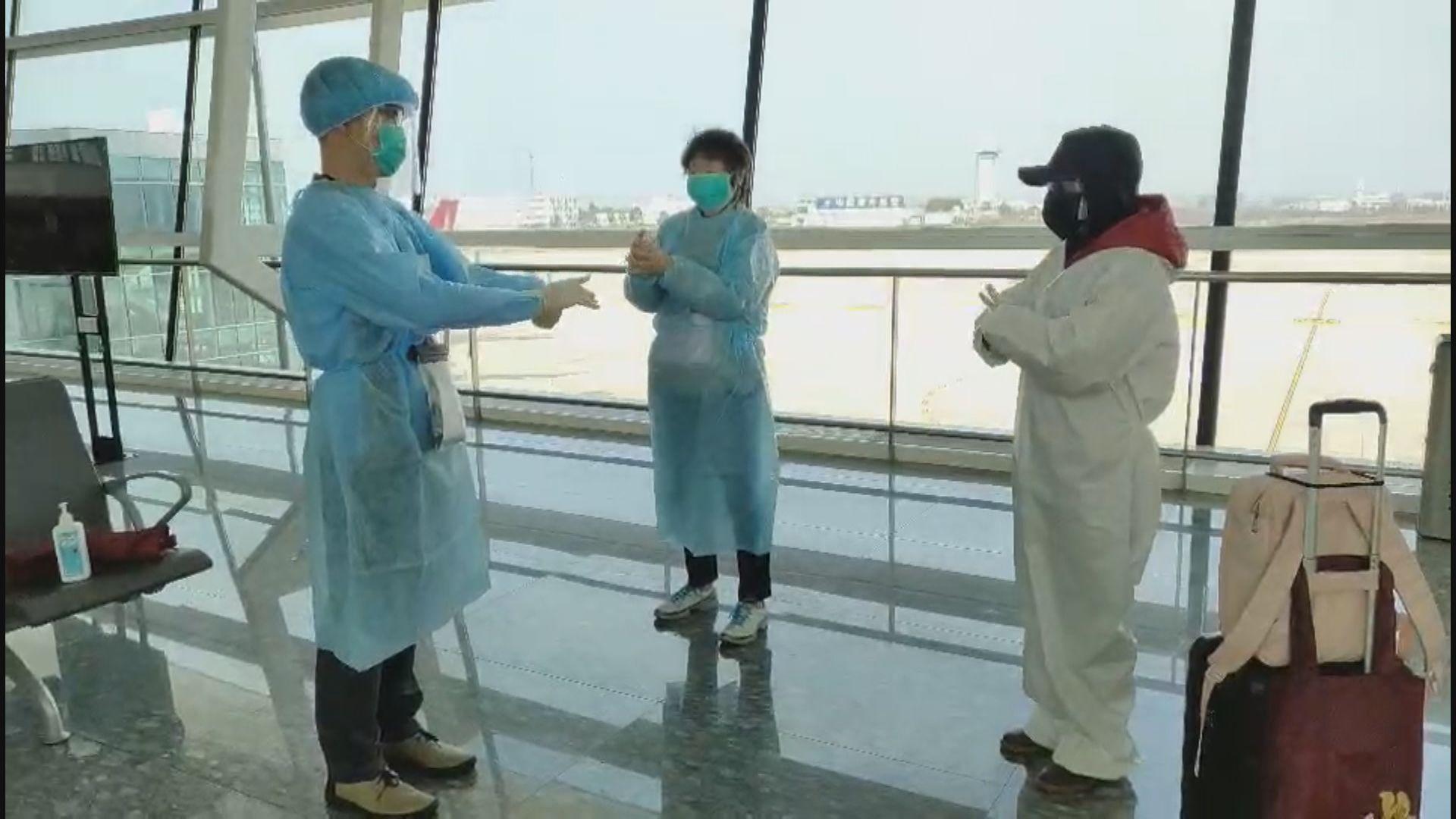 滯留湖北港人啟程回港 登機前有醫生示範消毒雙手