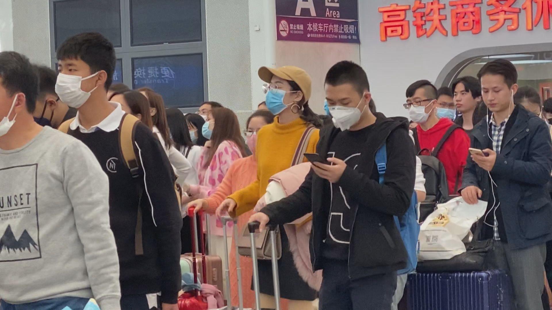 大部分在深圳乘搭高鐵往武漢的乘客戴口罩