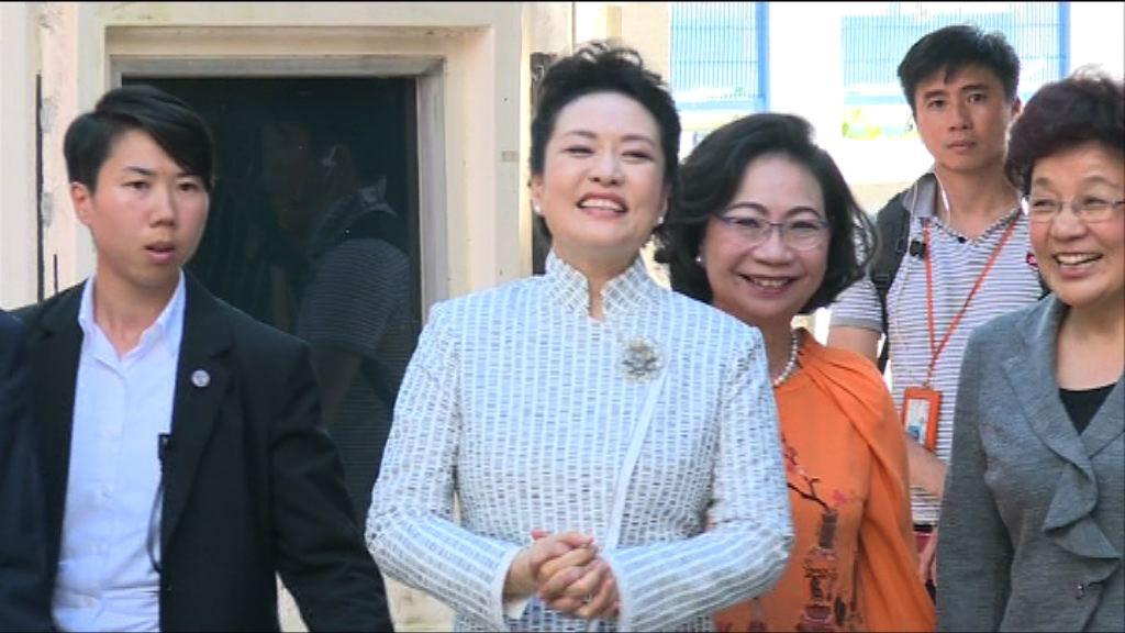彭麗媛到訪九龍塘一所學校參觀課堂活動