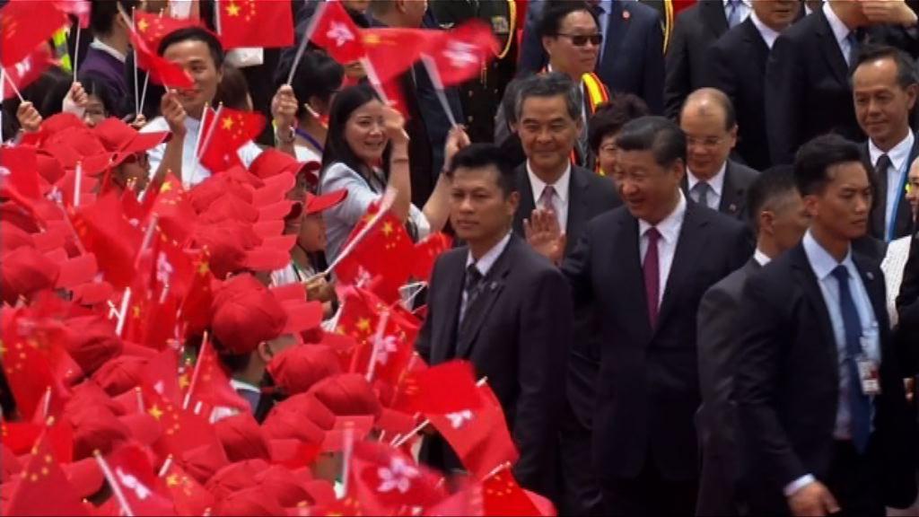 習近平抵達香港 多名官員隨行