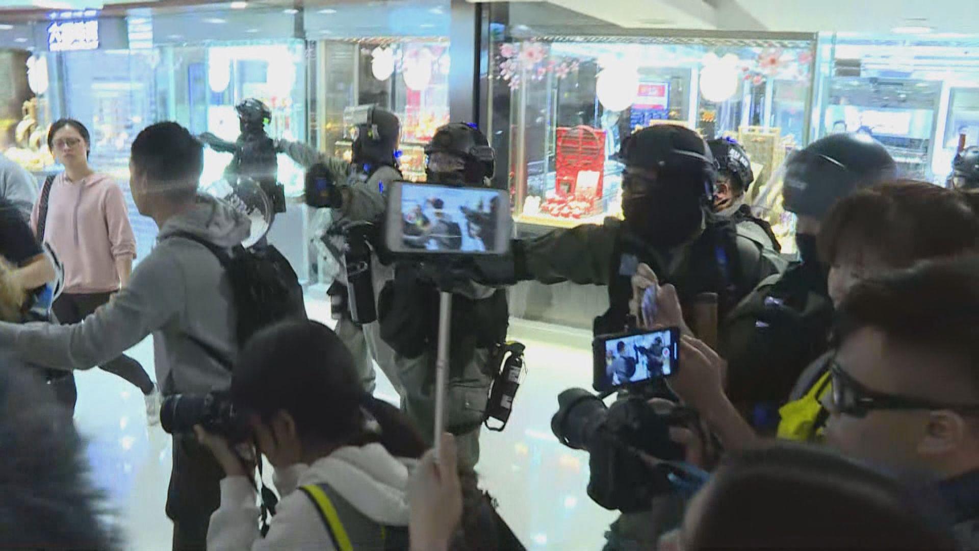 警方進入德福商場噴胡椒噴劑驅散群眾